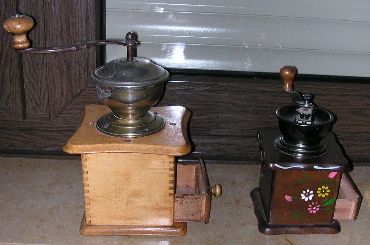 File:2 handbetriebene Kaffeemühlen l.jpg - Wikimedia Commons   {Kaffeemühlen 83}