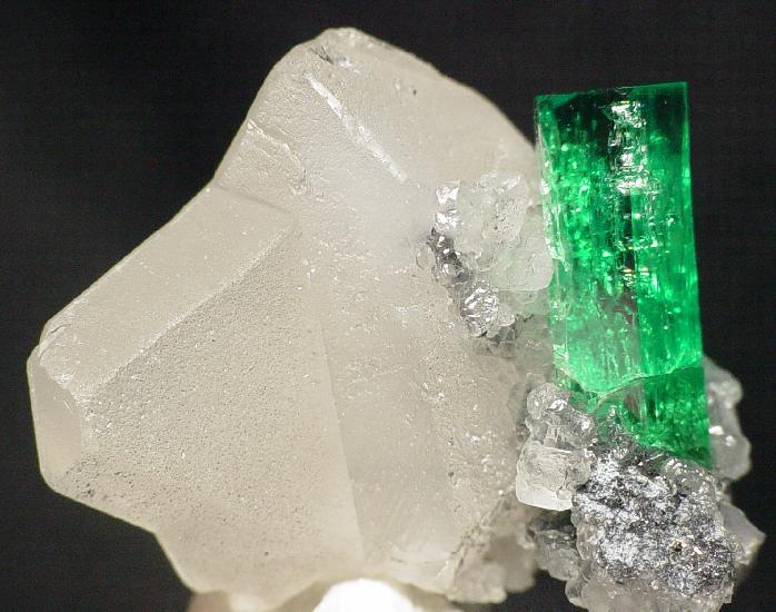 File:Beryl-Calcite-t-em5a.jpg