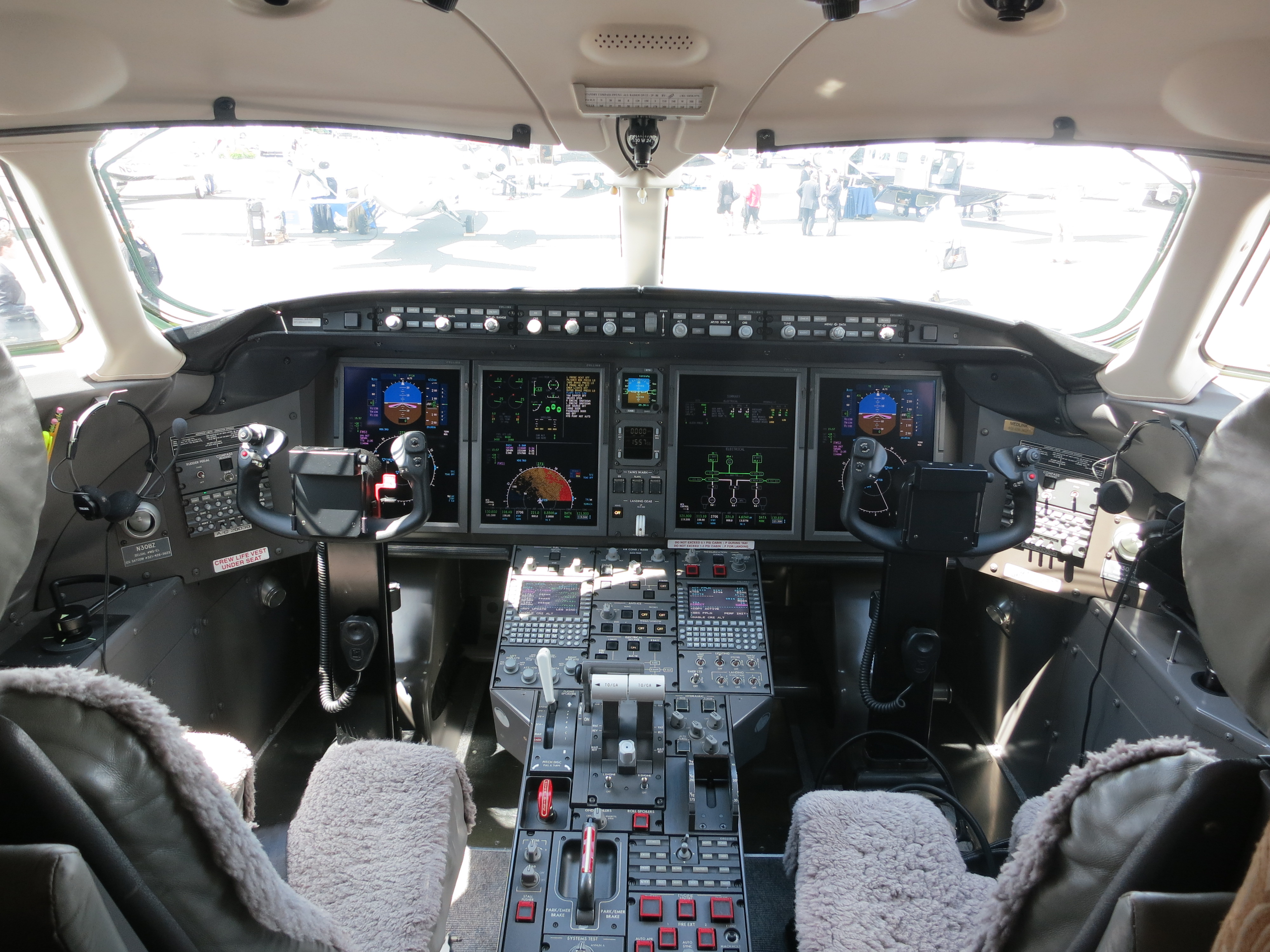 fdeb0f21838c8 File Bombardier Challenger 300 cockpit.JPG - Wikimedia Commons