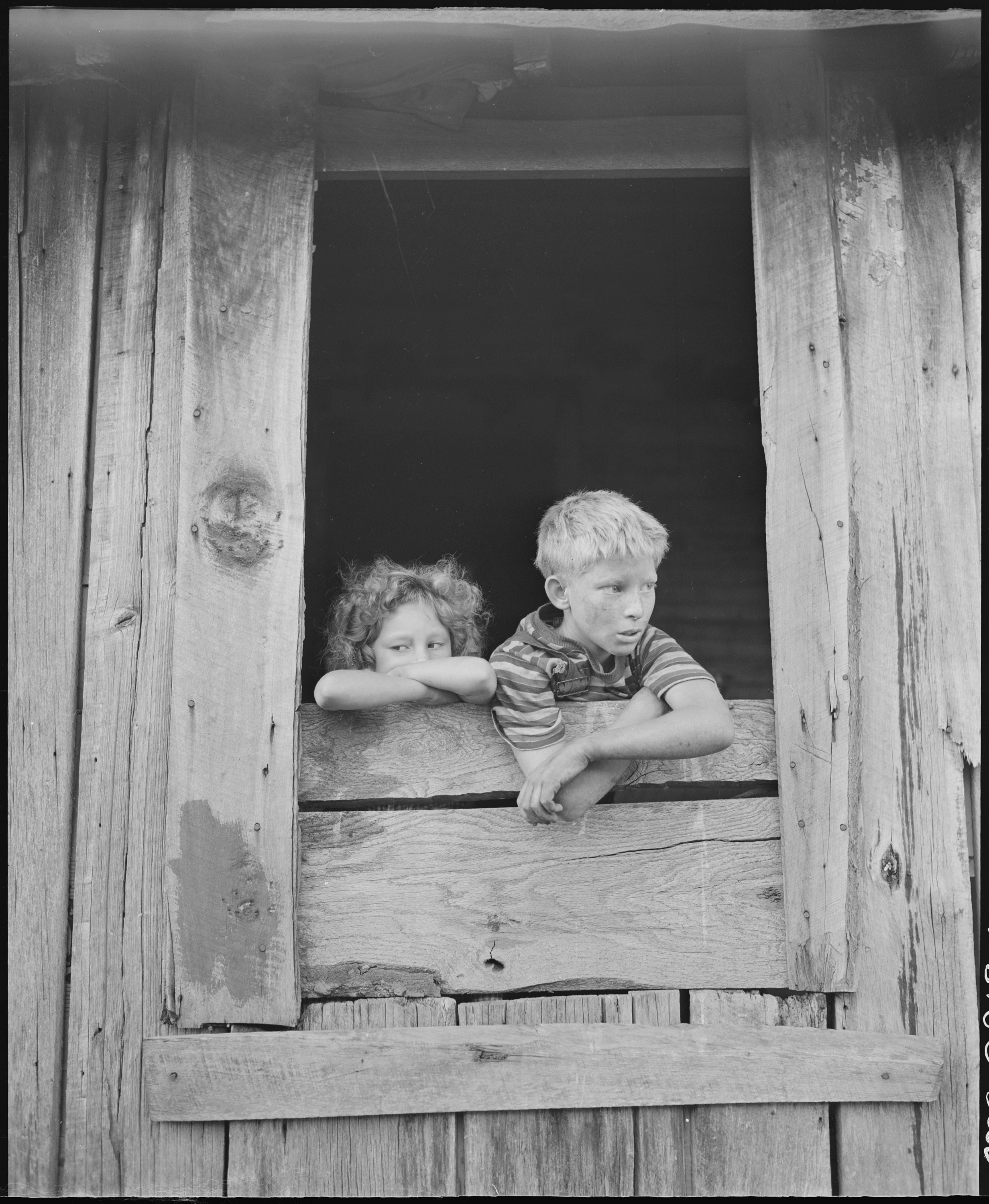 File Children Of Miners Look Out The Kitchen Window Of The Monroe Jones House The Windows Have No Panes The Door Frames Nara 541187 Jpg Wikimedia Commons