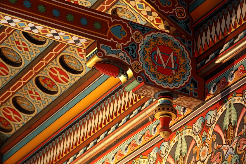 Détail poutre chapelle du château de Roquetaillade.jpg