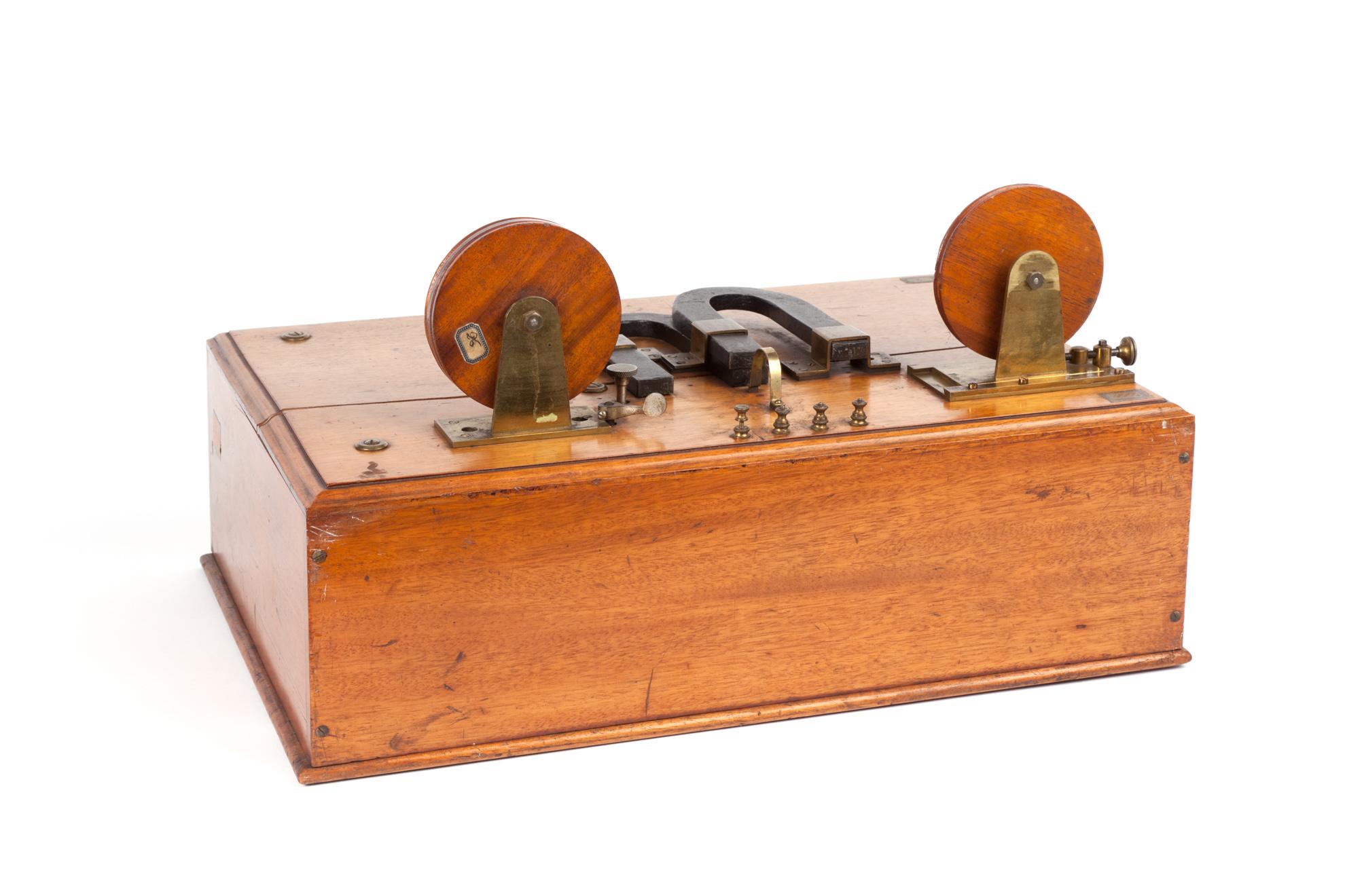 Detector magnetico Marconi utilizzato nella campagna sperimentale a bordo della Carlo Alberto nell'estate del 1902. Esposto al Museo nazionale della scienza e della tecnologia Leonardo da Vinci di Milano.
