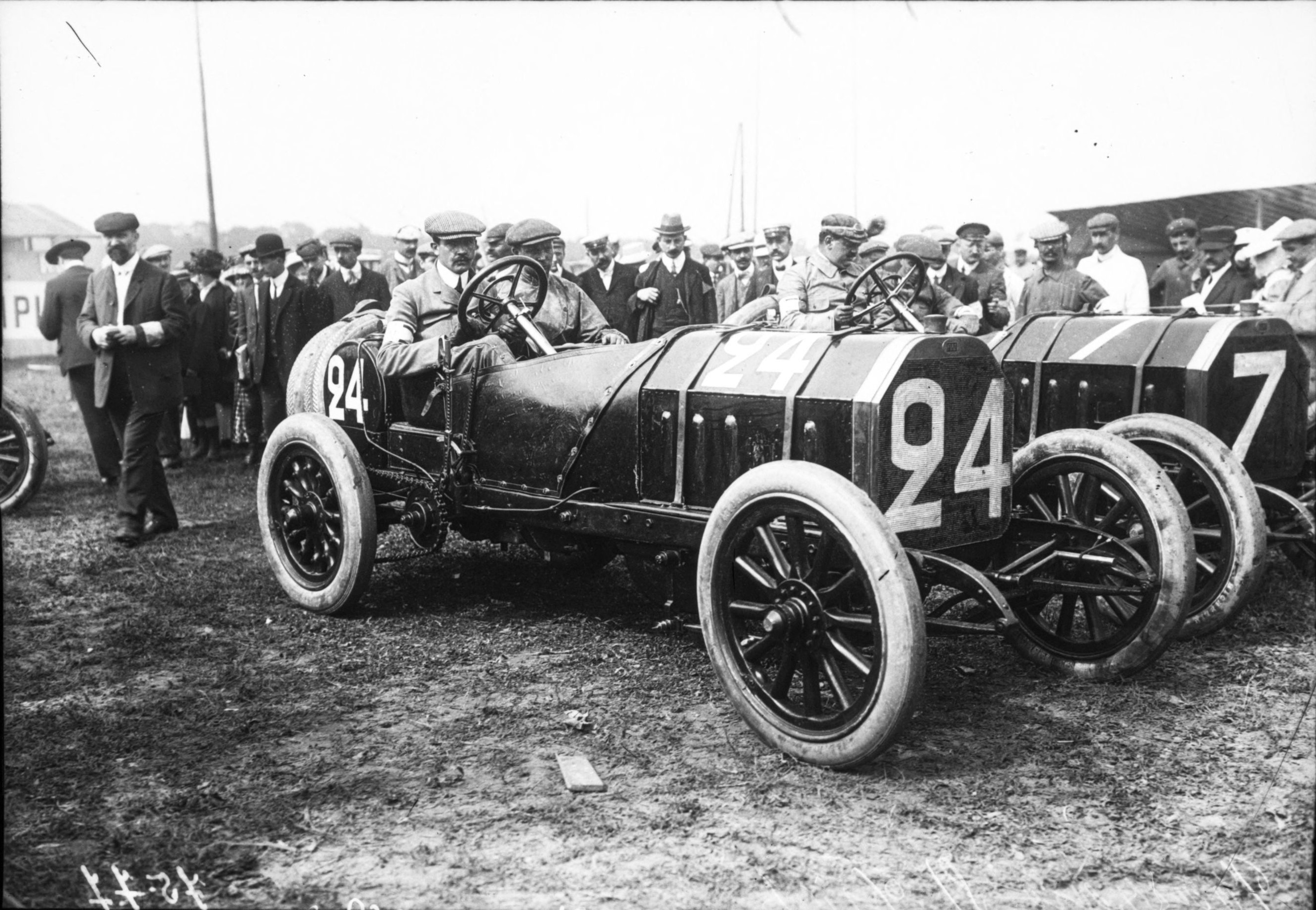 file felice nazzaro in his fiat at the 1908 french grand prix at wikimedia commons. Black Bedroom Furniture Sets. Home Design Ideas