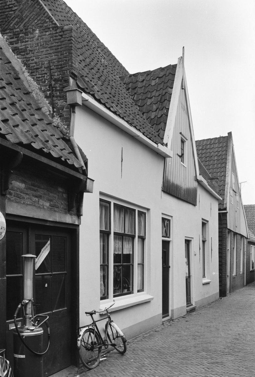Huis met dwars zadeldak tussen twee topgevels met vlechtingen in de rijp monument - Tussen huis ...
