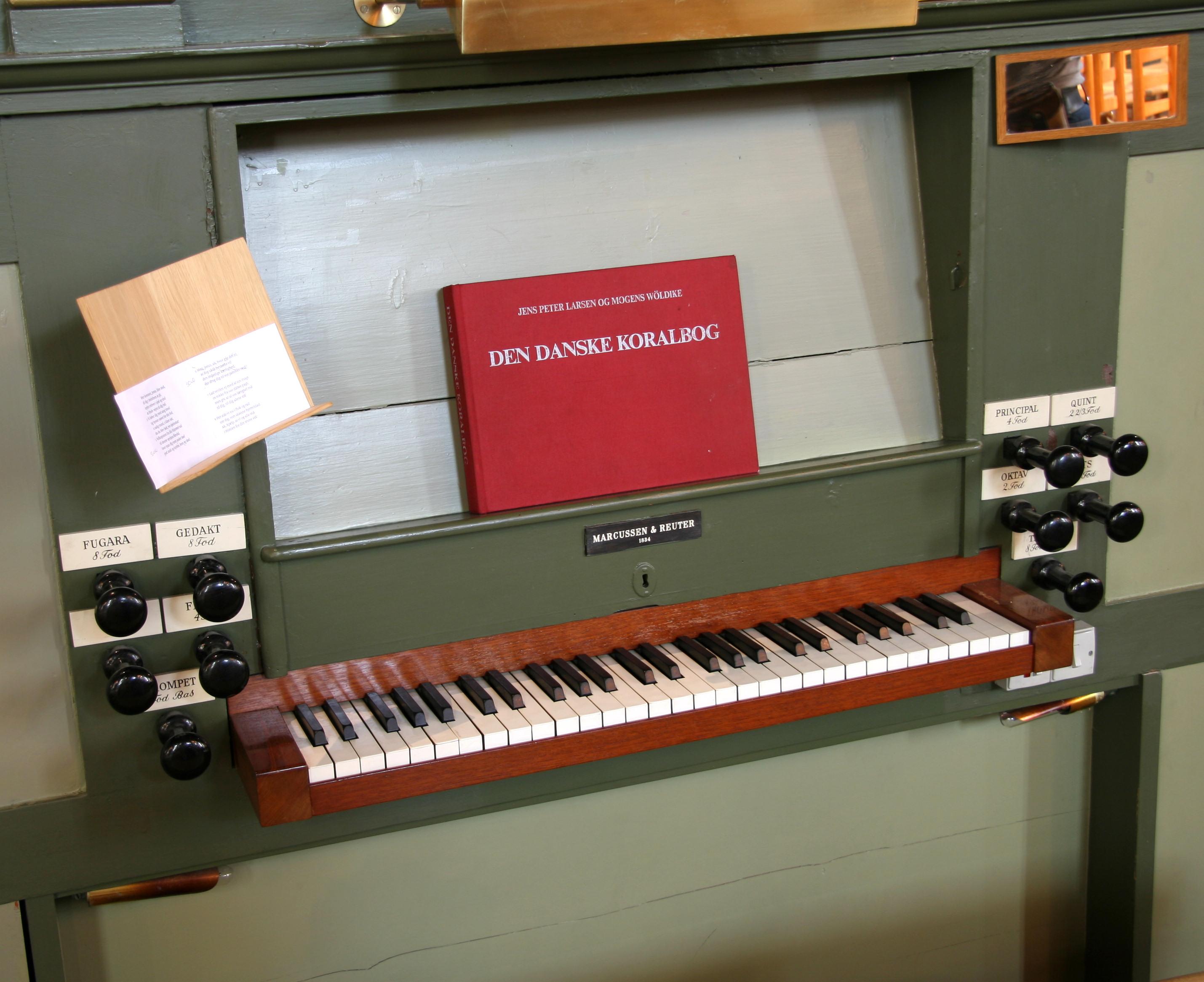 File:Hellig Kors Kirke Copenhagen quire organ keyboard jpg