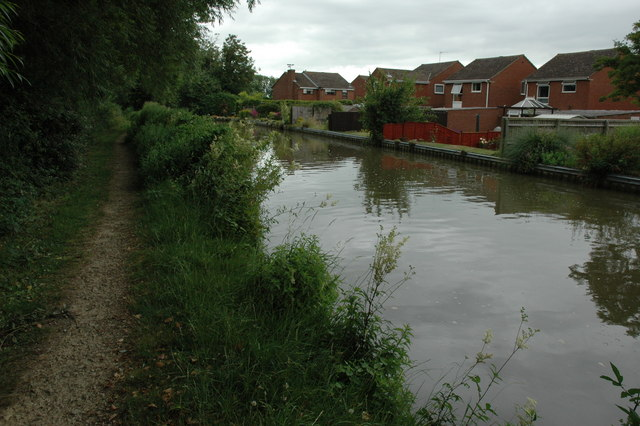 File:Houses beside the Oxford Canal - geograph.org.uk - 1387221.jpg