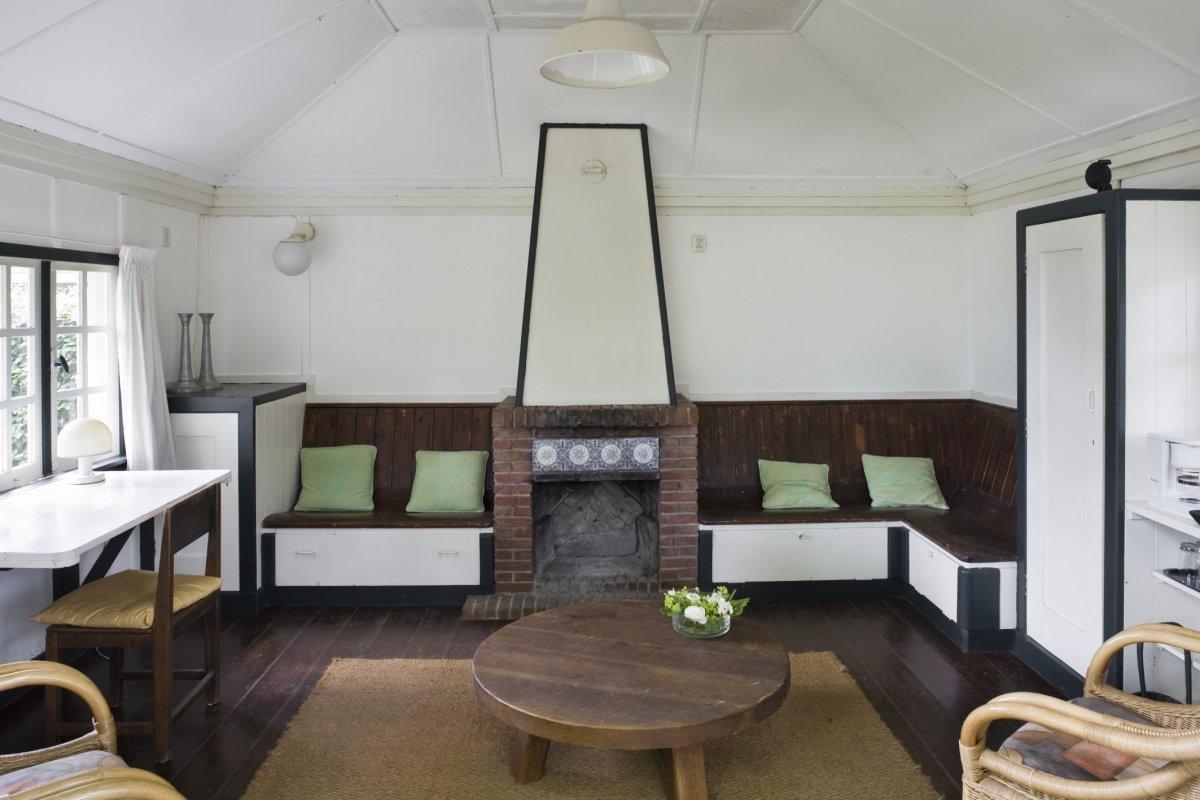File interieur overzicht van het oude tuinhuis met houten vloer schouw met rode baksteen met - Whirlpool van het interieur ...