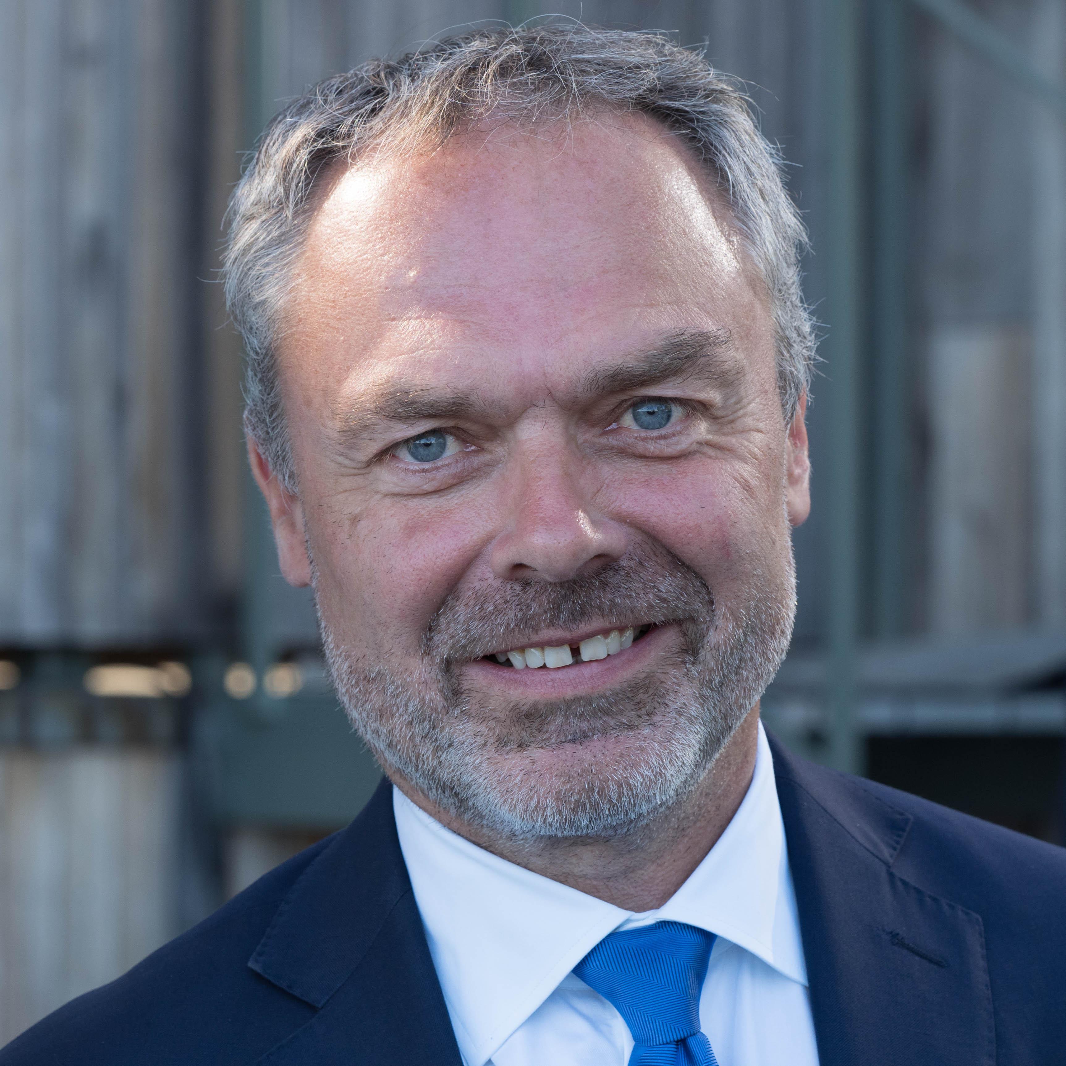Partipolitiken bort fran sveriges radio