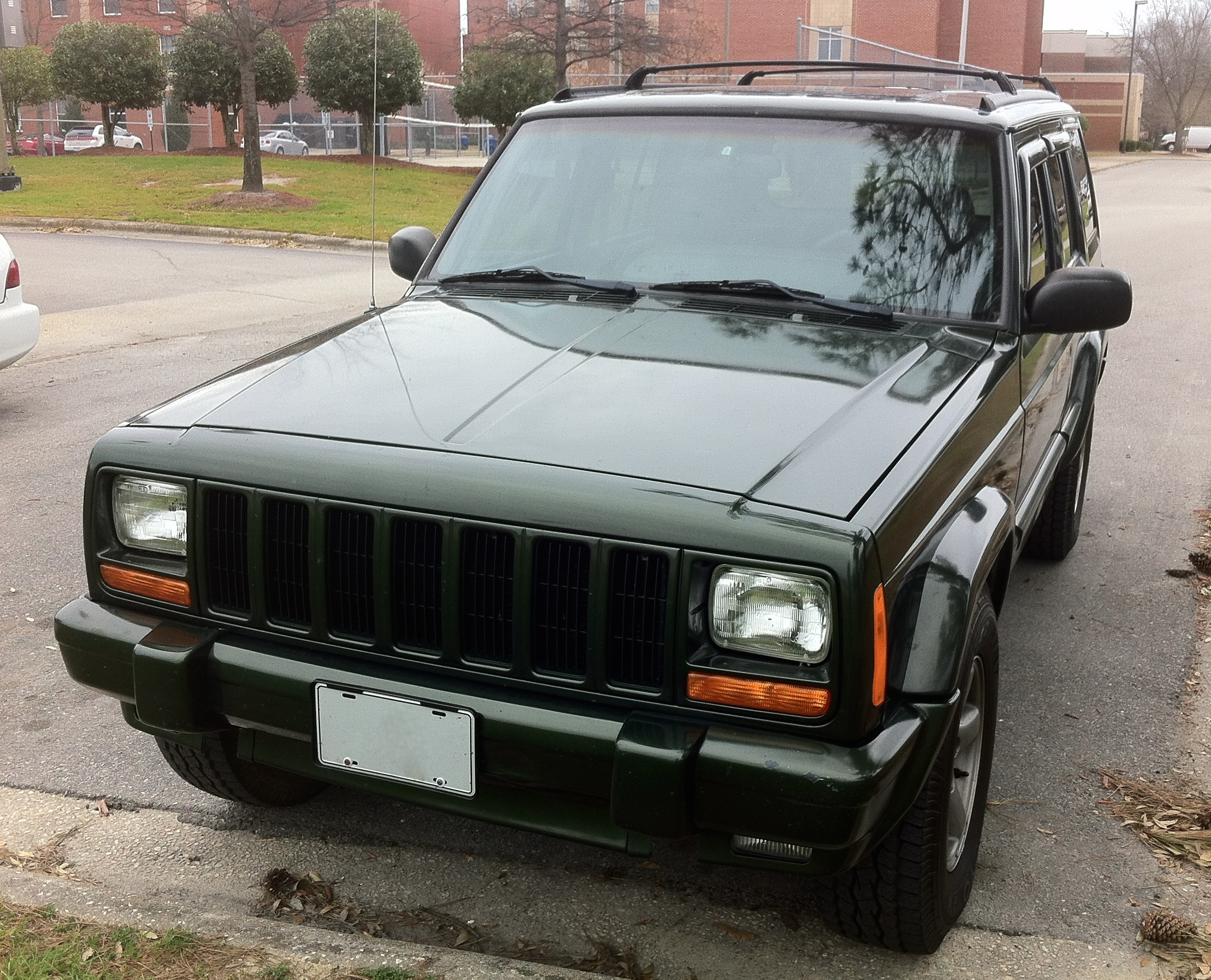Jeep Cherokee Xj >> File:Jeep Cherokee XJ 4-door NC green front.jpg - Wikimedia Commons