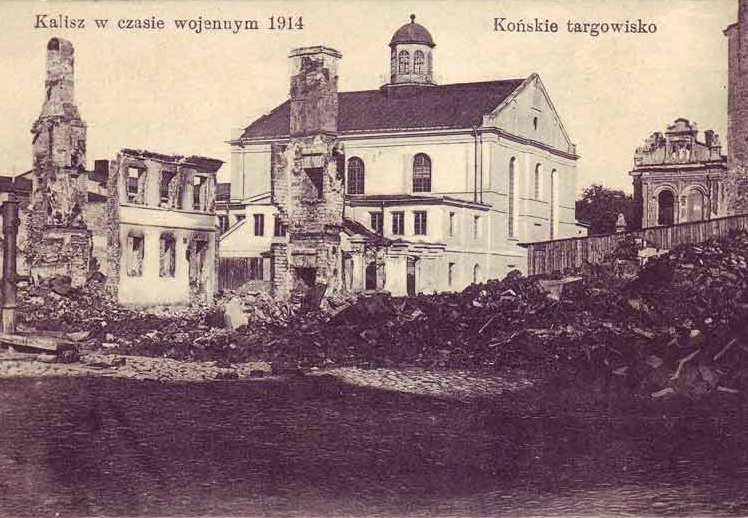 Grand Synagogue in Kalisz, 1914 behind fresh ruins of World War One