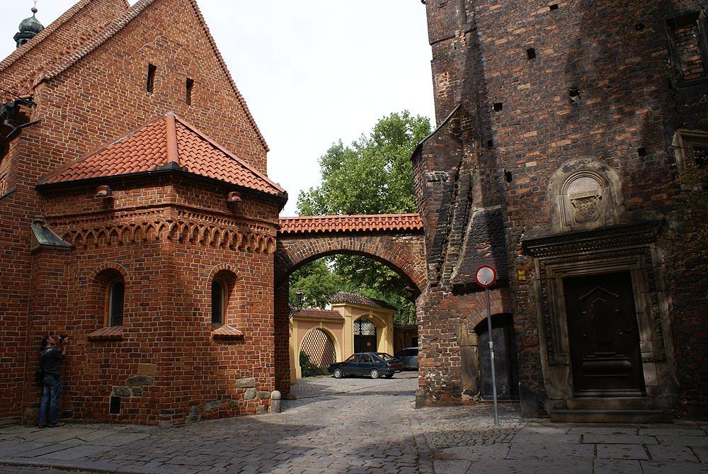 Au dessus de la porte entre les deux batiments se trouve la kluska légendaire de Wroclaw. Photo de Barbara Maliszewska