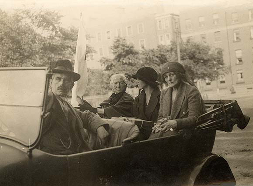 http://upload.wikimedia.org/wikipedia/commons/3/35/Maud_Gonne_on_relief_duty_in_Dublin_July_4,_1922.jpg