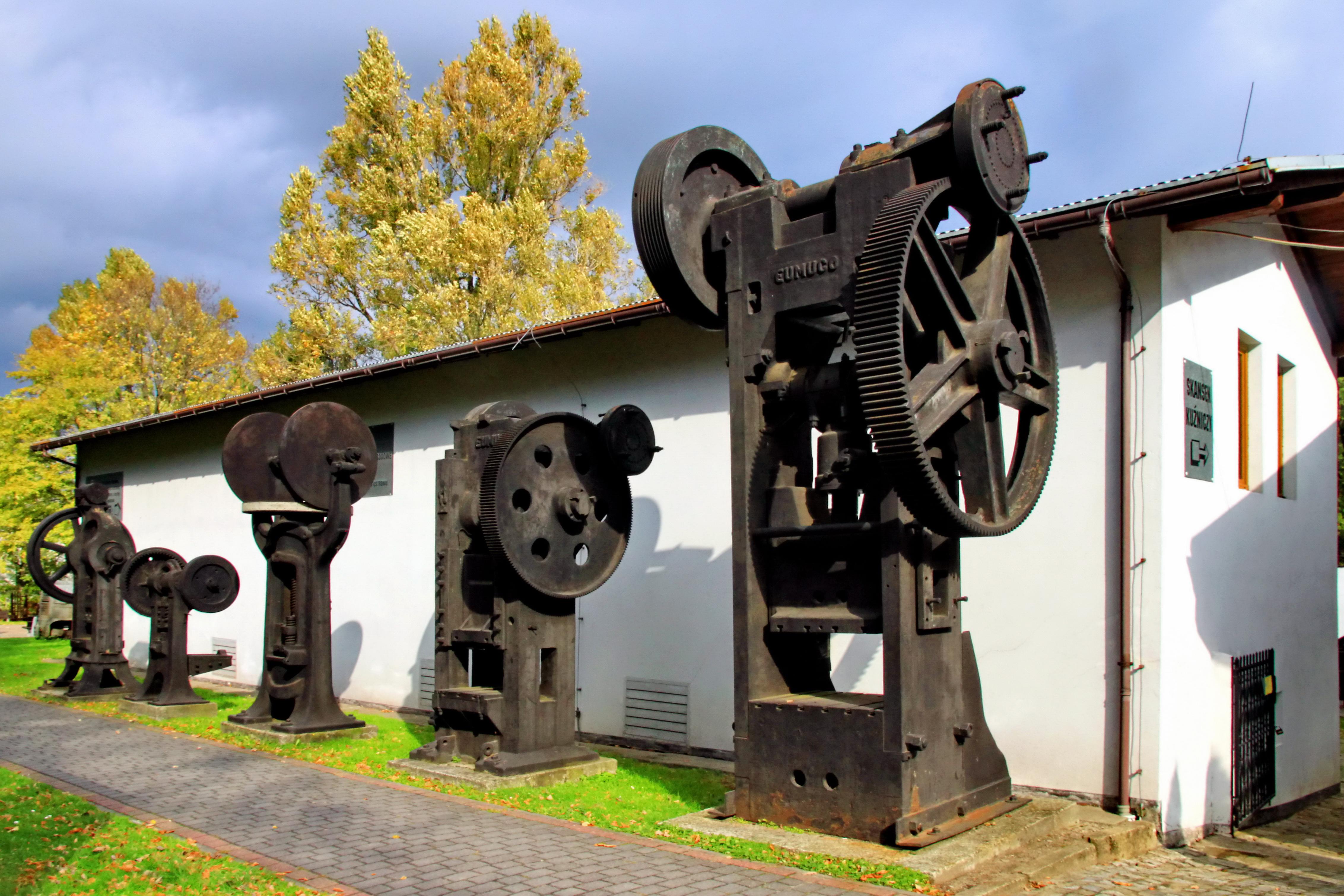 Urządzenia hydrotechniczne przed budynkiem muzeum