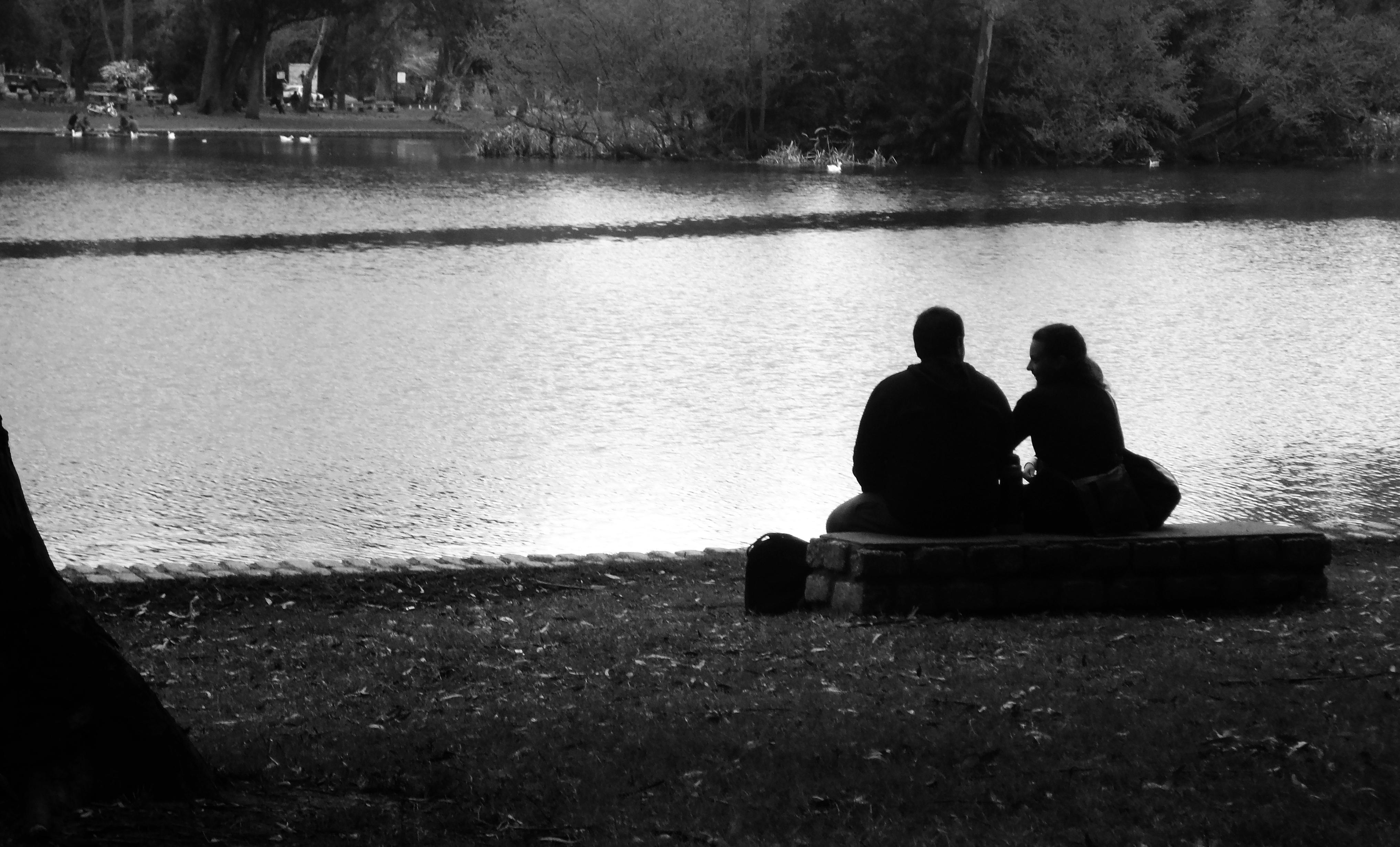 File pareja sentada frenet al lago del parque - Fotos de parejas en blanco y negro ...