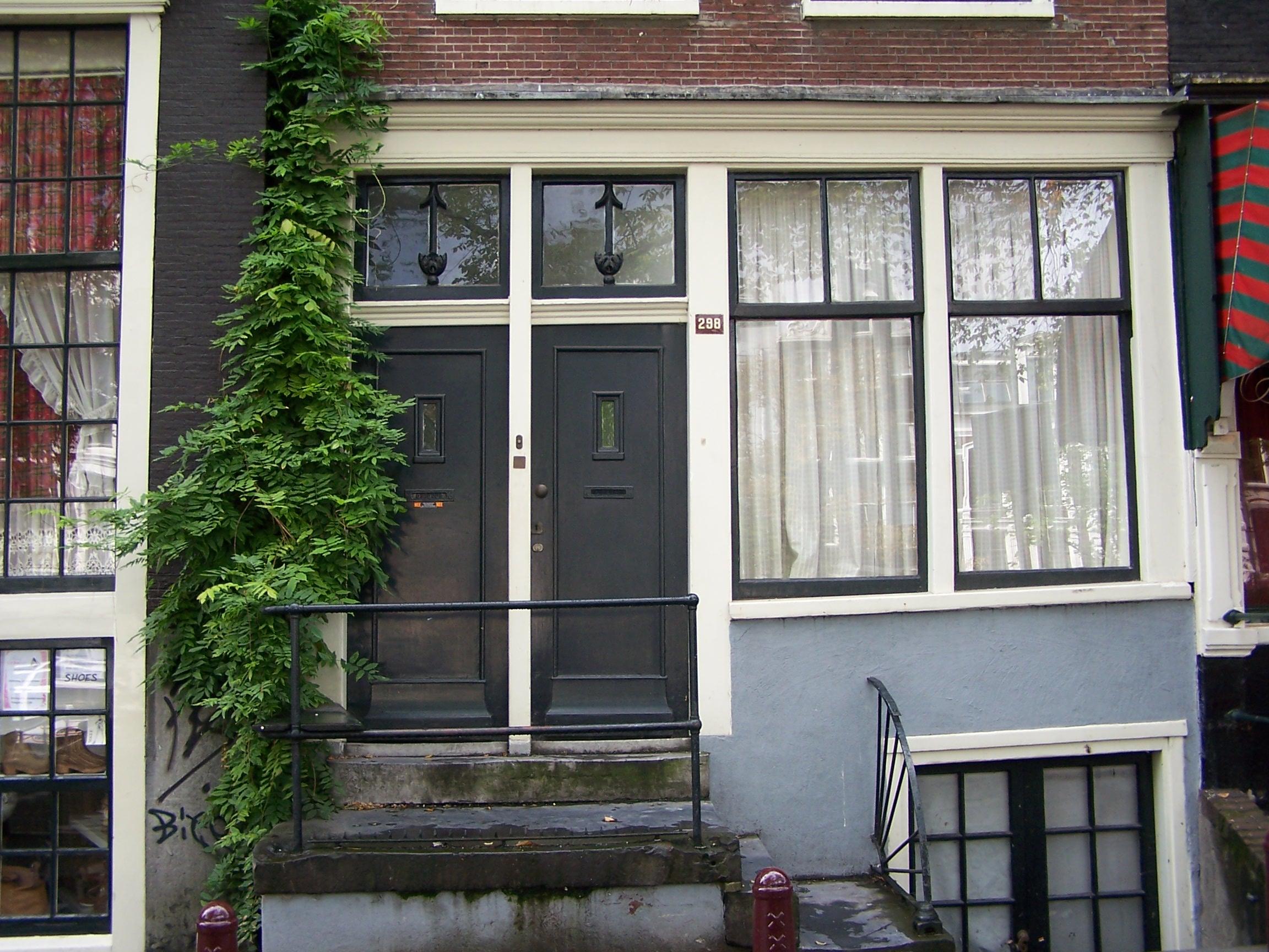 Huis met gevel onder rechte lijst waarboven dakvoorschot in amsterdam monument - Huis gevel ...