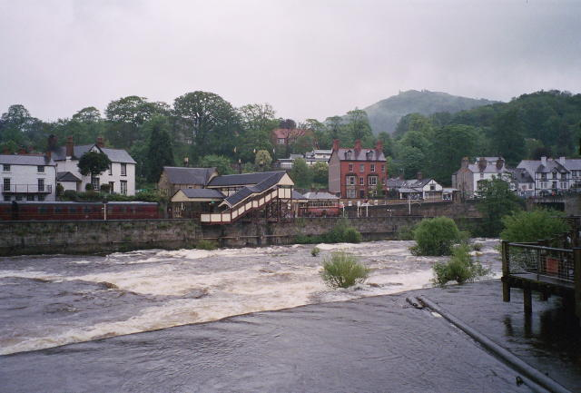 River Dee and Railway Station, Llangollen - geograph.org.uk - 794988