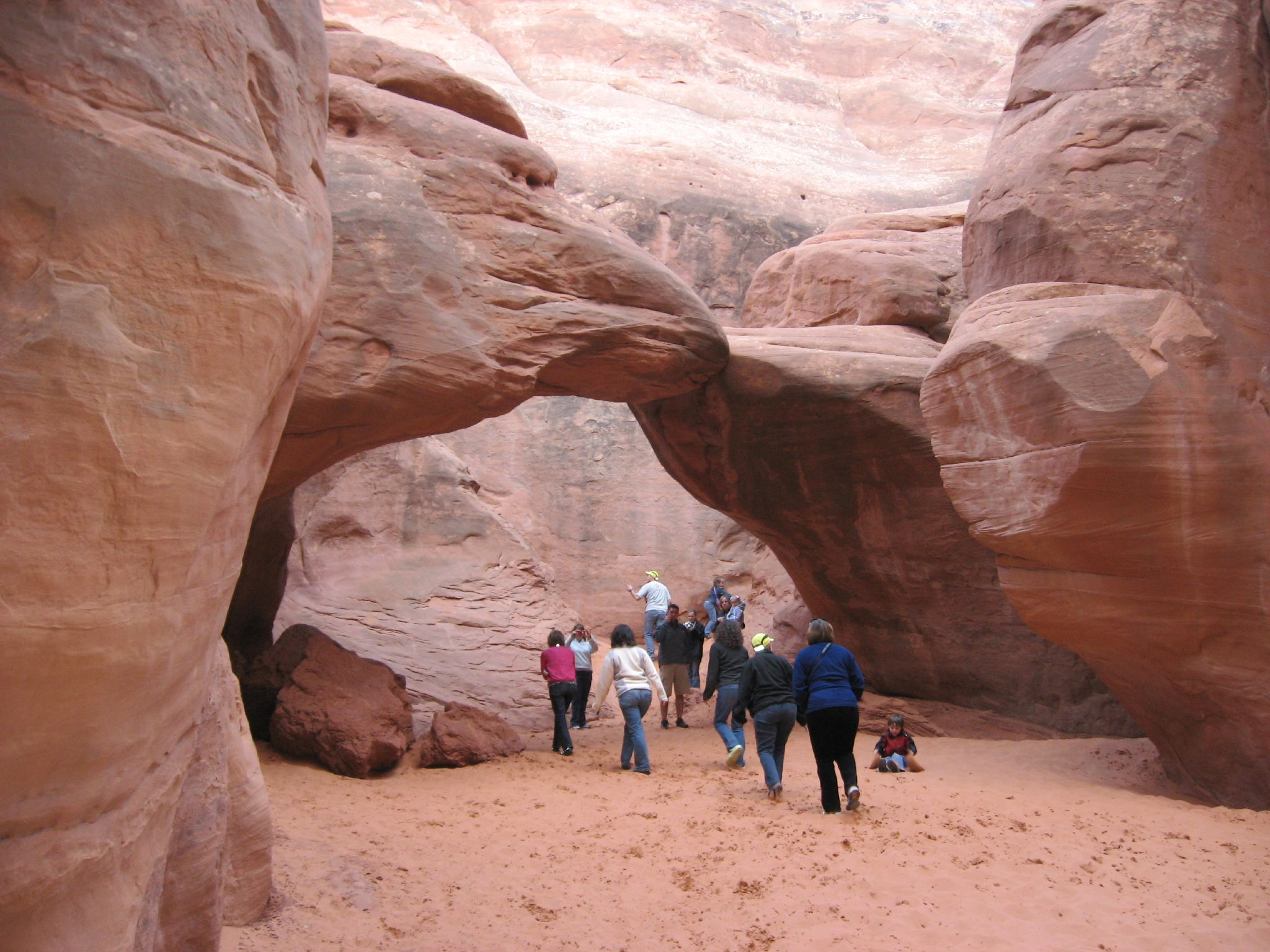 Sand_Dune_Arch_is_Crowded_This_Day%2C_Arches_National_Park%2C_Utah_%282438778597%29.jpg