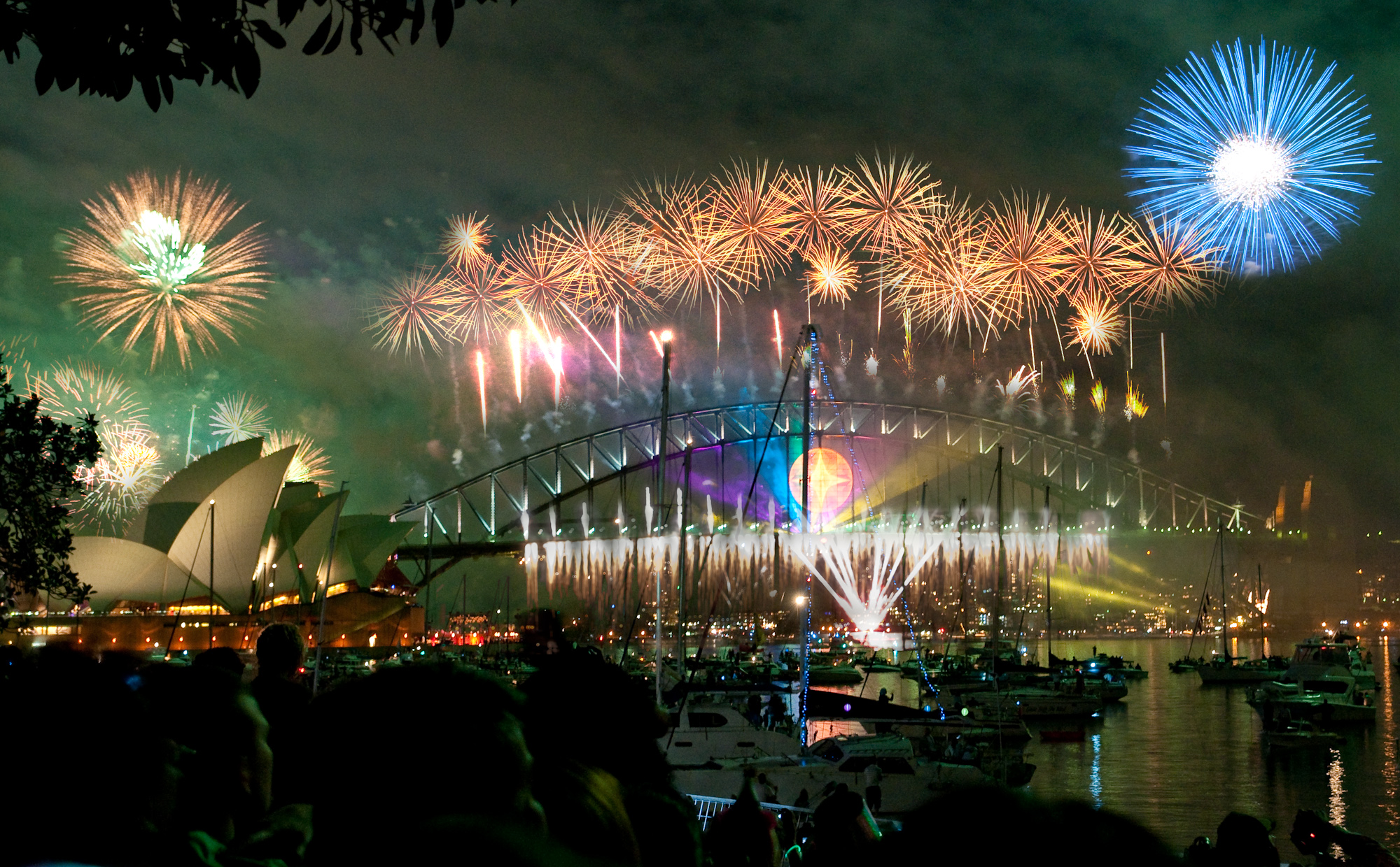Fireworks in Sydney By Linh_rOm (https://www.flickr.com/photos/linh_rom/3356798888/) [CC-BY-2.0 (https://creativecommons.org/licenses/by/2.0)], via Wikimedia Commons