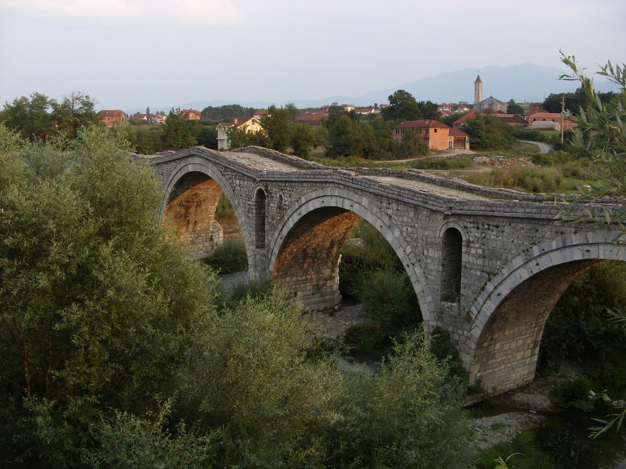 Osmanische Brücke bei Gjakova im Südwesten des Kosovo