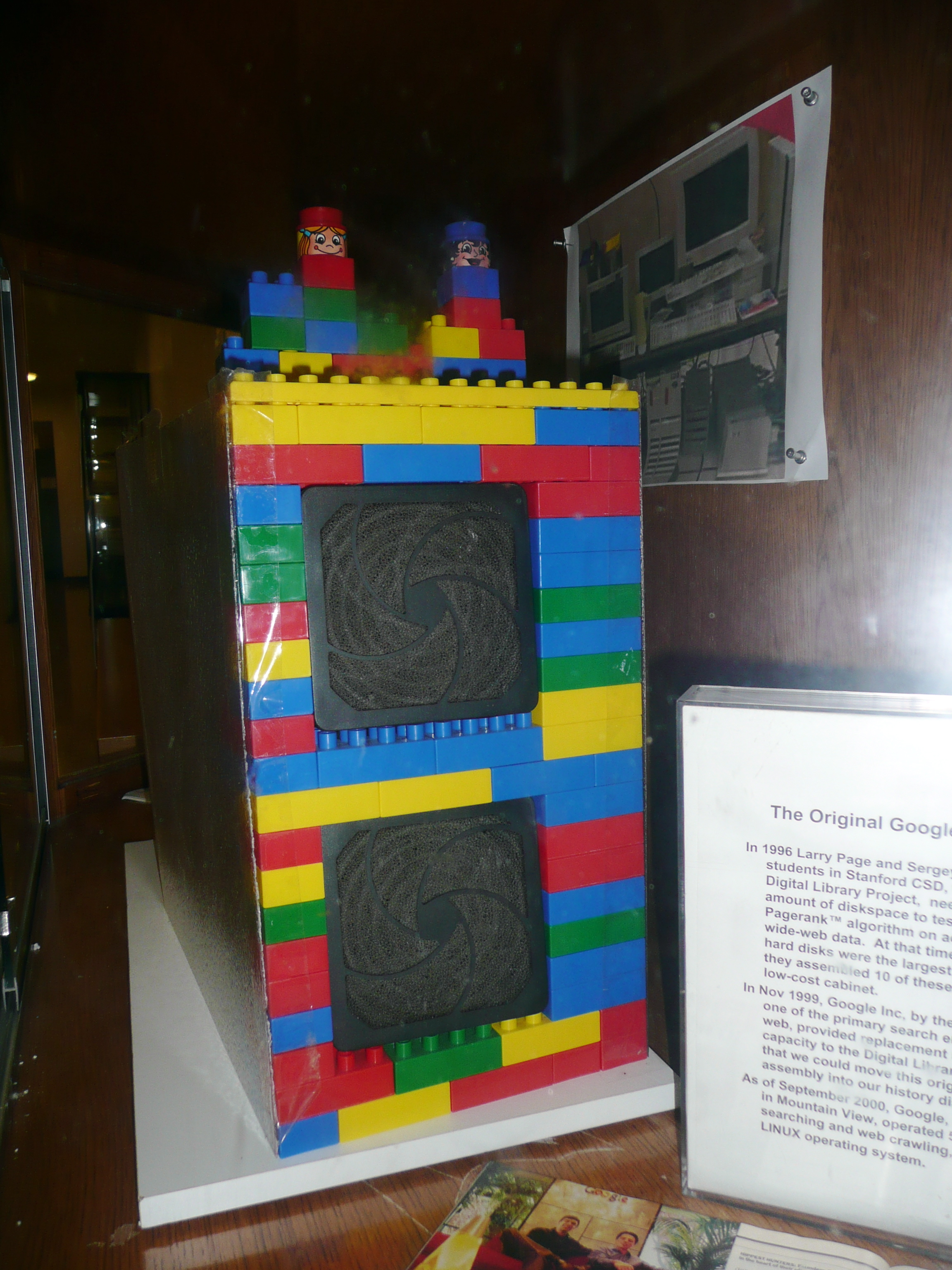 Der erste Google Computer an der Universität Stanford (damals noch für BackRub) hatte ein mit Duplosteinen verkleidetes Gehäuse.[4]