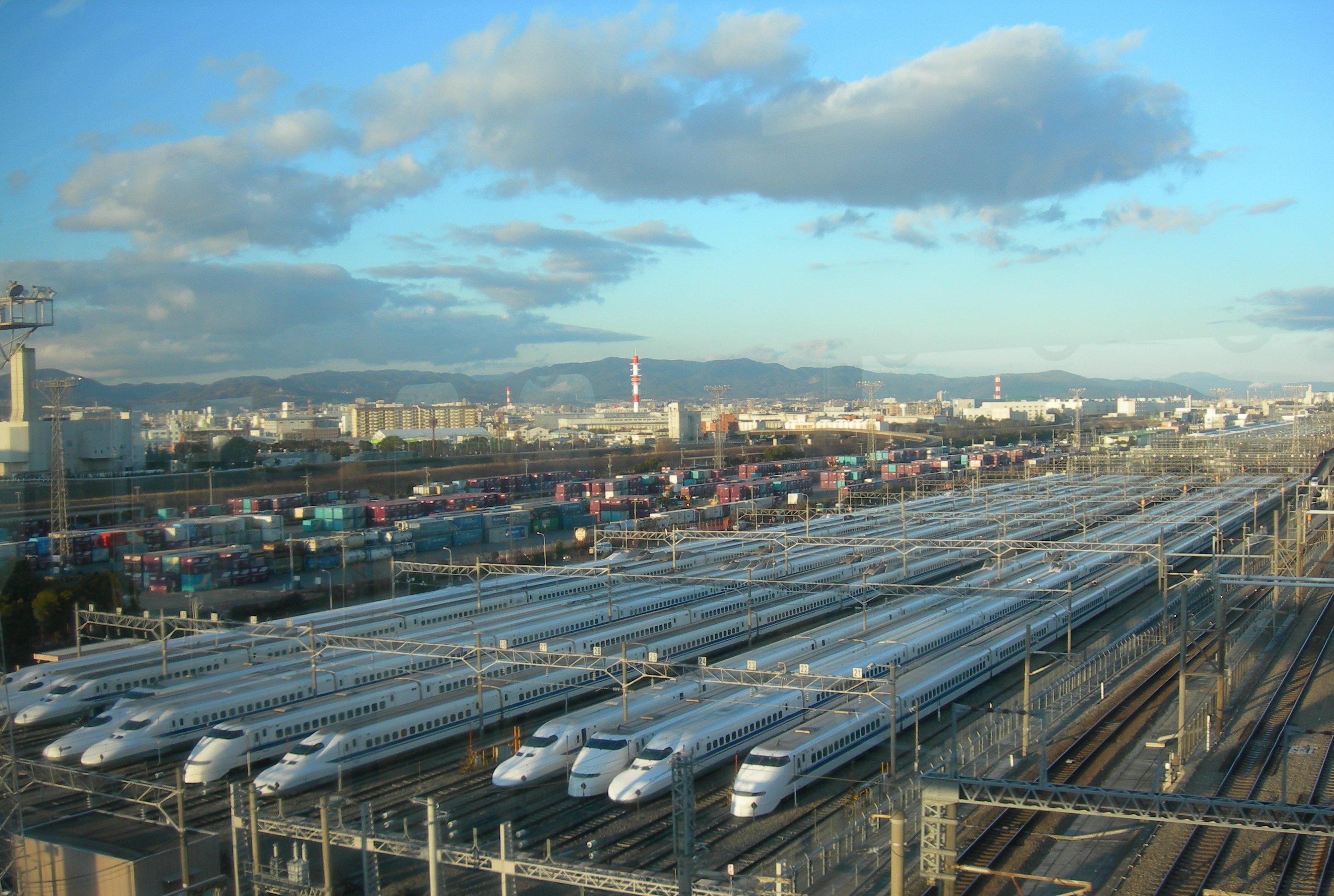 https://upload.wikimedia.org/wikipedia/commons/3/35/Torikai-train-base.JPG