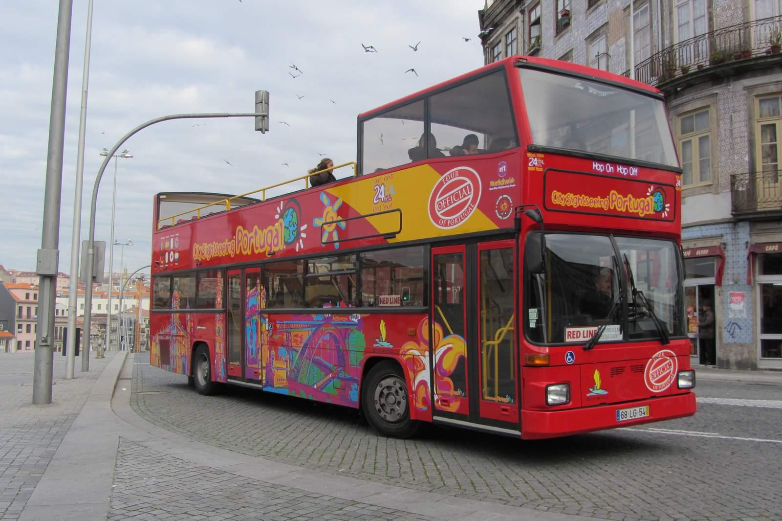Туристический автобус застрял вяме наБольшой Ордынке