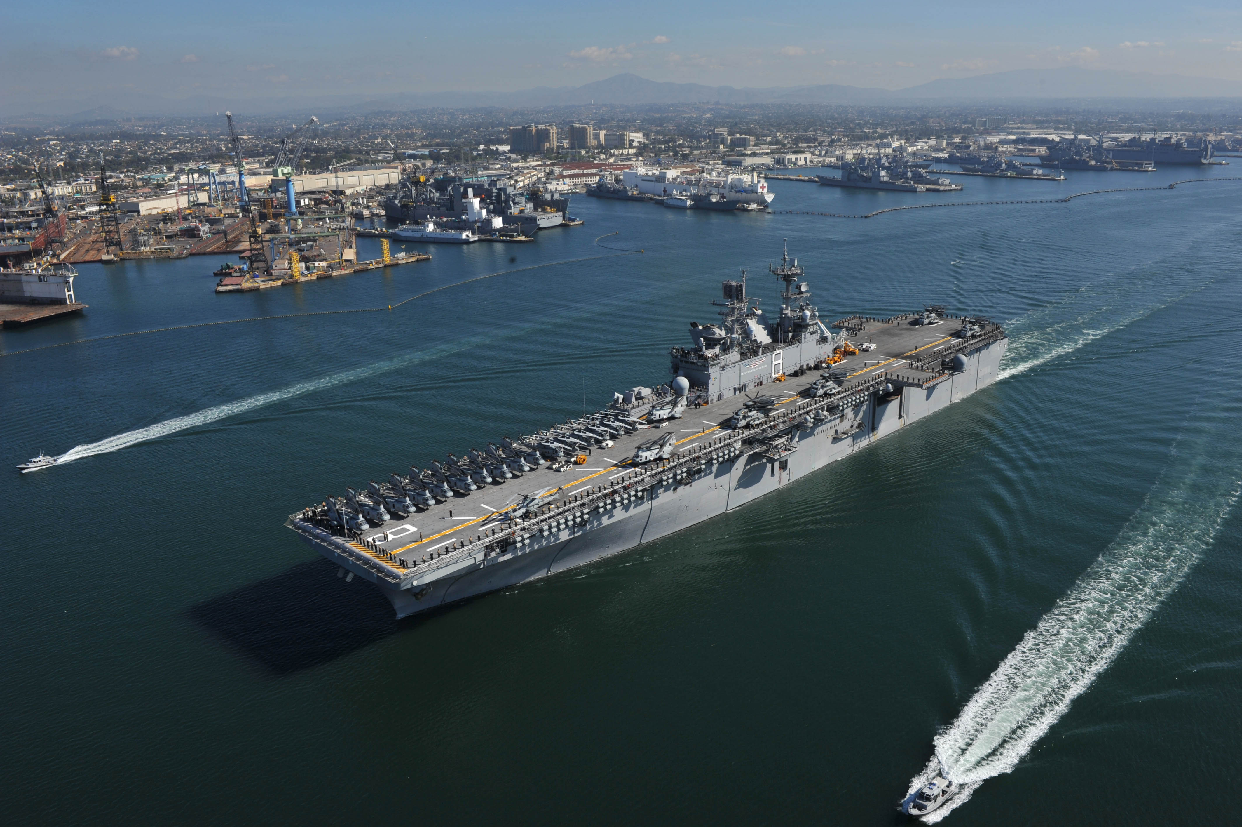 US_Navy_111114-N-KD852-030_The_amphibious_assault_ship_USS_Makin_Island_%28LHD_8%29_departs_Naval_Base_San_Diego_on_its_first_operational_deployment_to.jpg