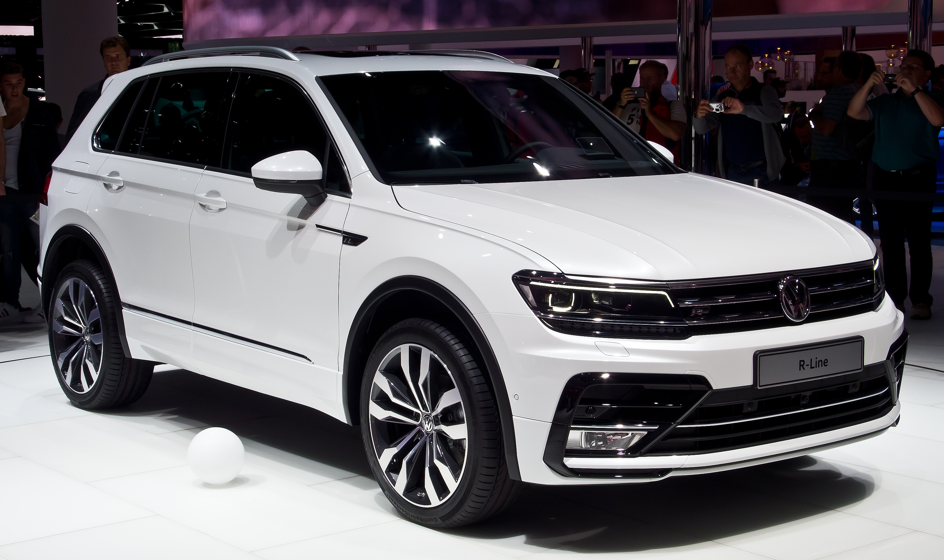 file vw tiguan 2 0 tdi 4motion r line ii frontansicht 19 september 2015. Black Bedroom Furniture Sets. Home Design Ideas