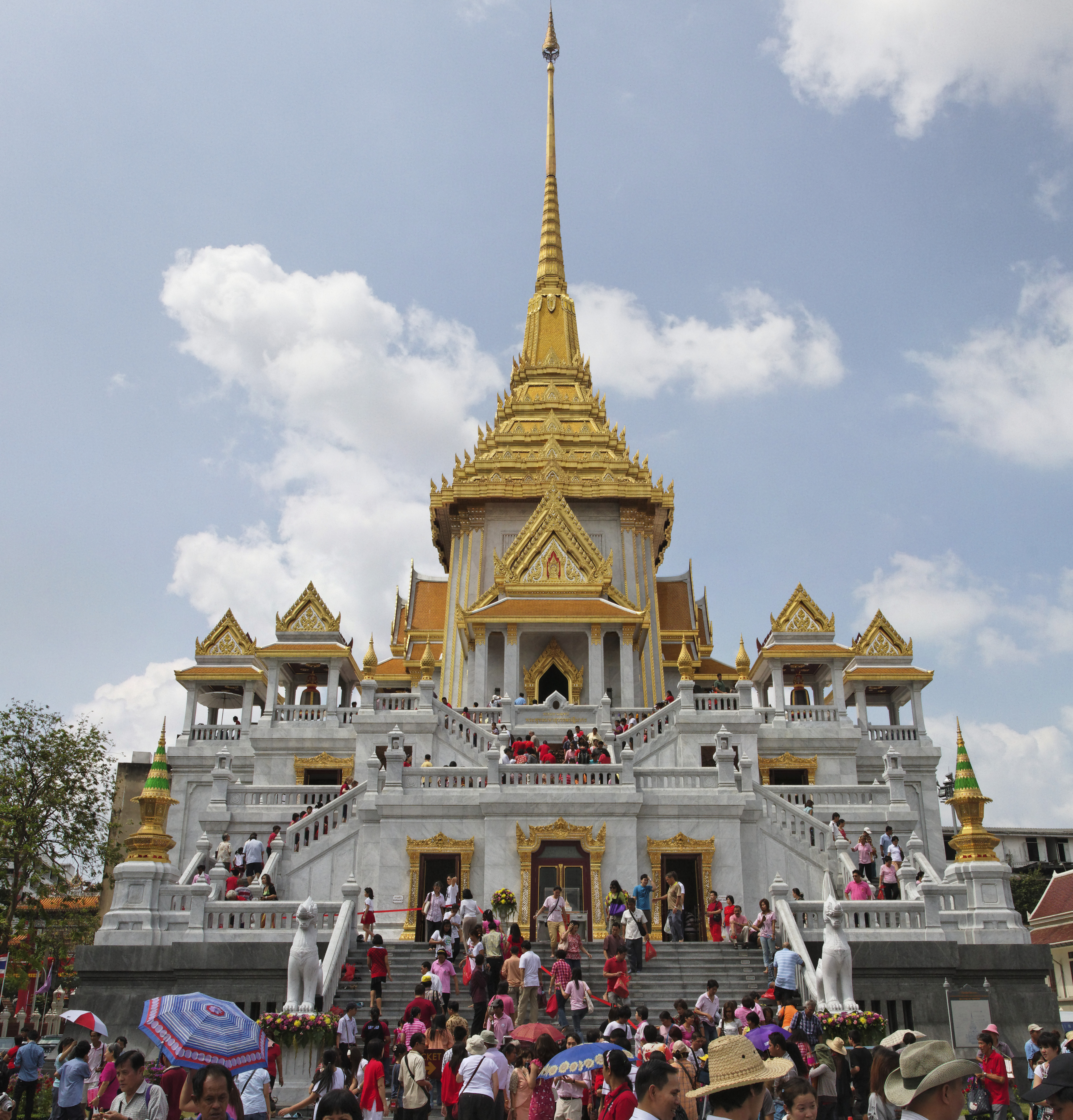 Wat Traimit contains Golden Buddha - the world's largest solid gold statue.