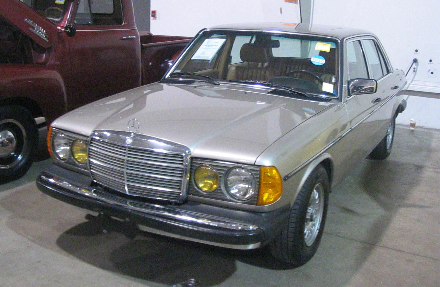 File 39 85 mercedes benz 300d toronto spring 39 12 classic for Mercedes benz vintage cars