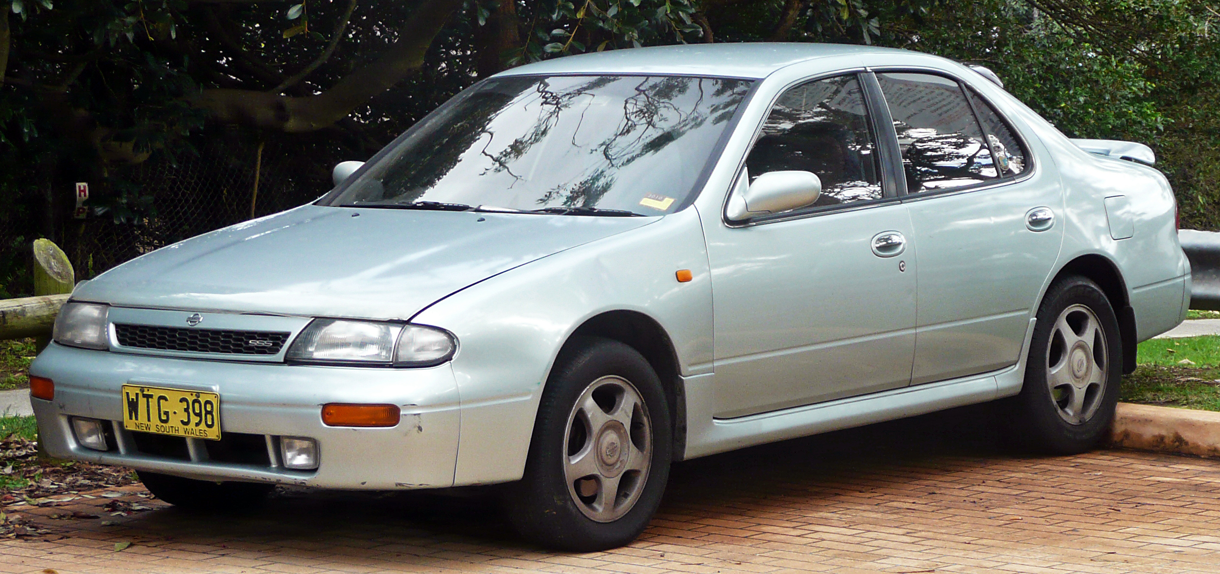 Description 1993-1995 Nissan Bluebird (U13) SSS sedan 02.jpg