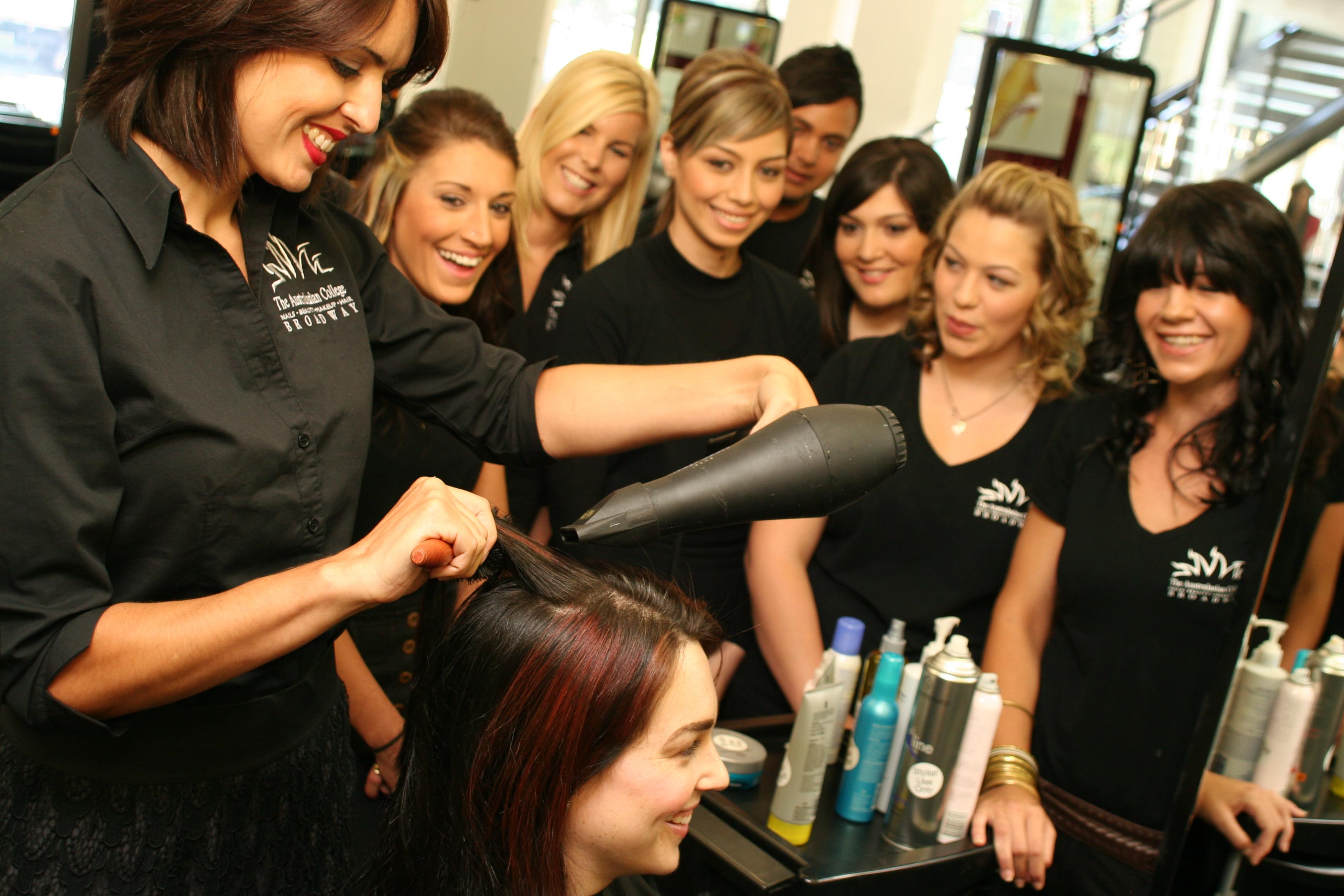 Coiffeuse d finition c 39 est quoi - Salon de coiffure sens ...