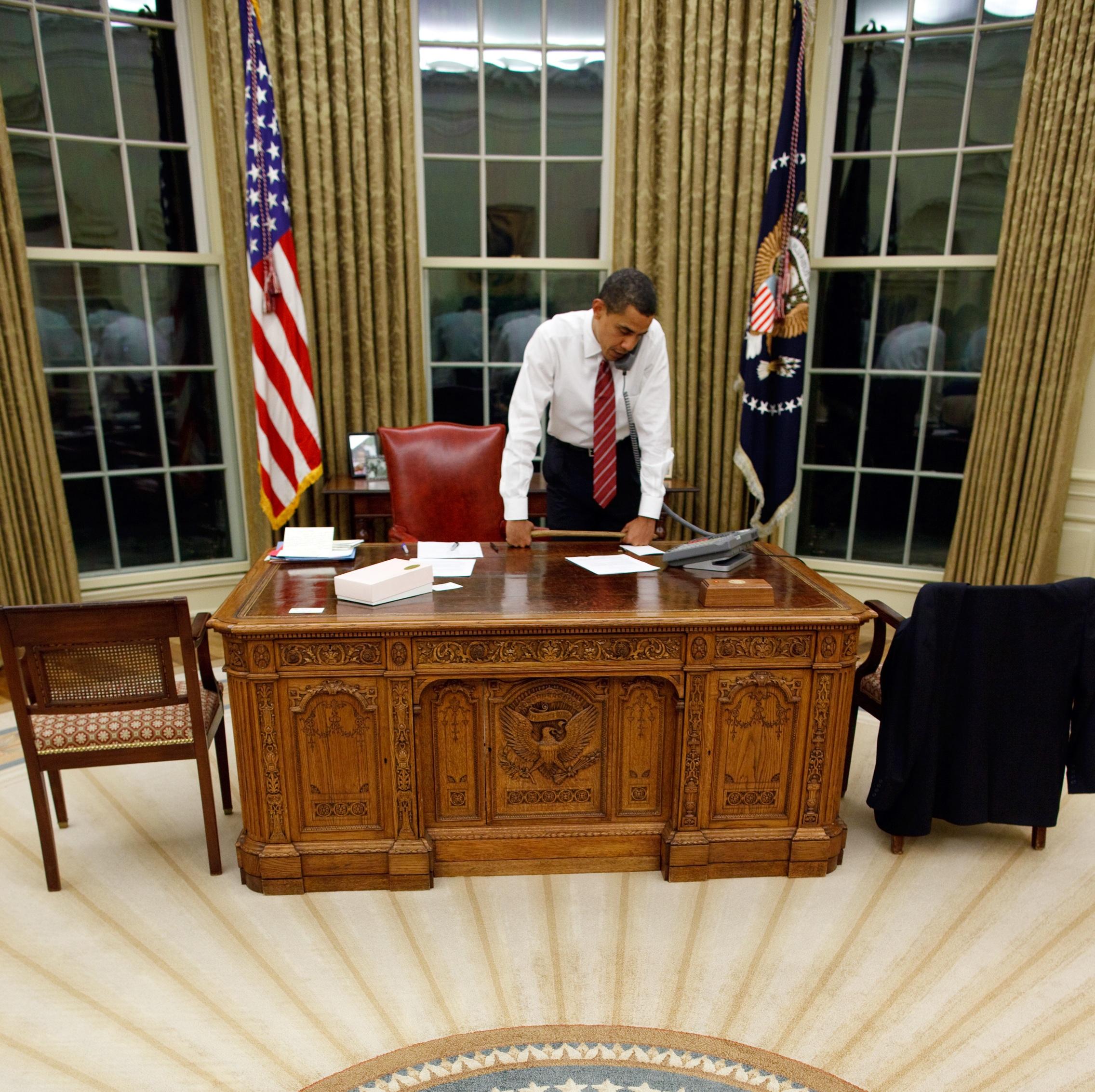 Resolute desk wikiwand - Oval office desk ...