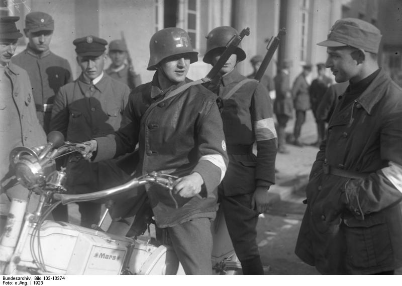 Une pomme verte au milieu de la nature ( Stahlhelm 1916 )  Bundesarchiv_Bild_102-13374%2C_Neustadt%2C_Motorrad-Patrouille_der_SA
