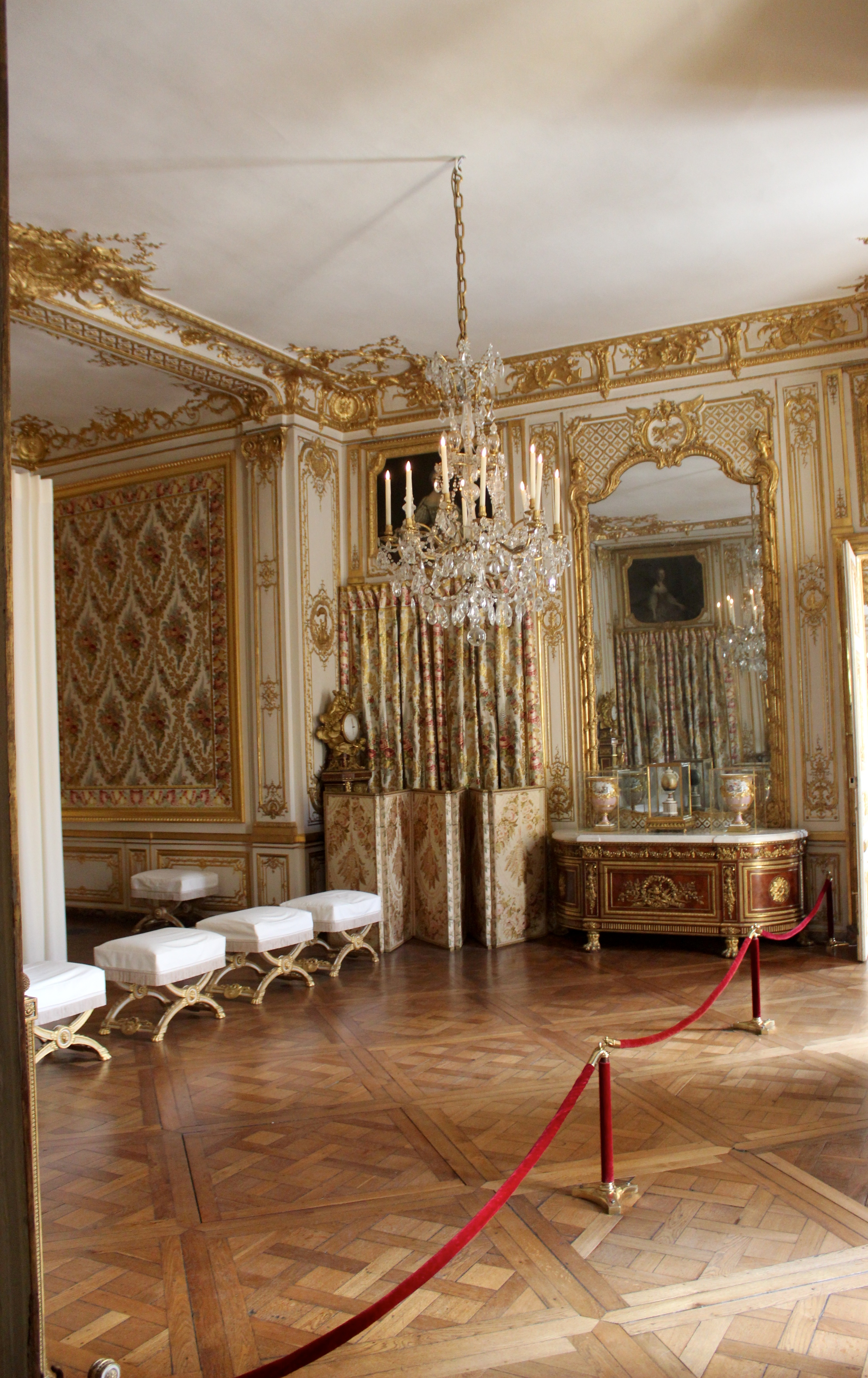 Louis xv bedroom furniture spectra for Chambre louis xvi versailles