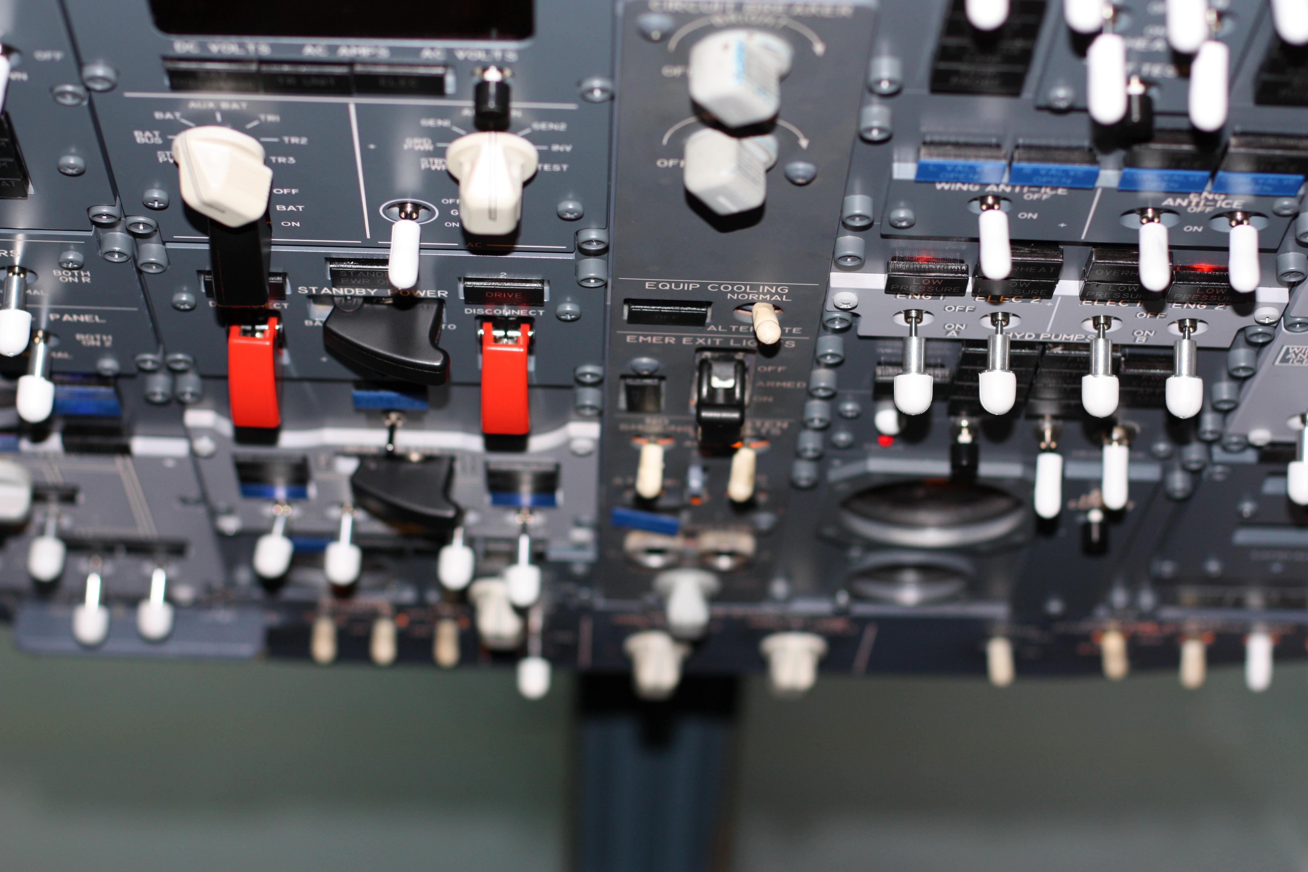 File:Cockpit of Boeing 737 700 Flight Simulator in Berlin