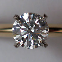 Diamante en corte brillante, engastado en un anillo