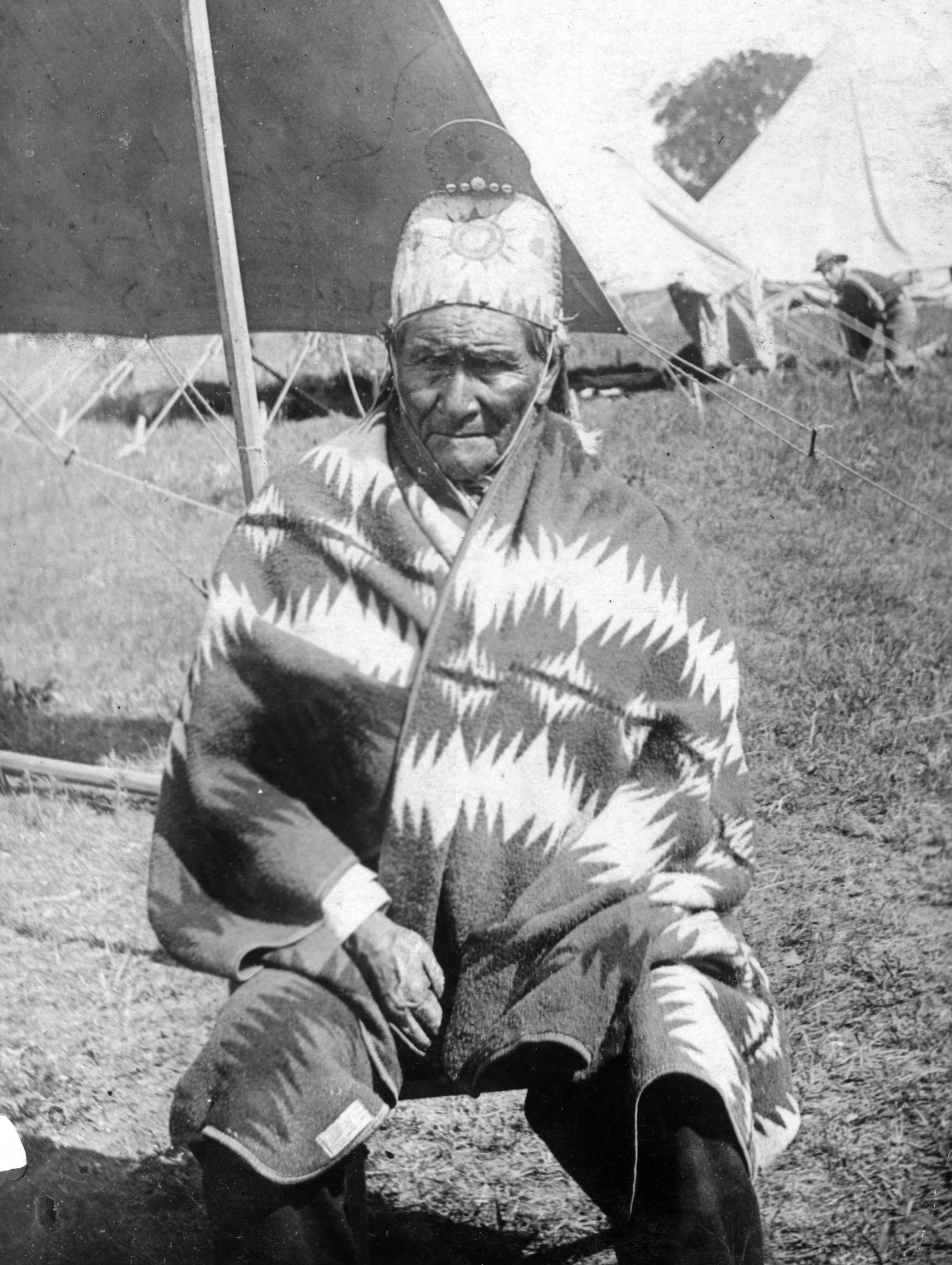 http://upload.wikimedia.org/wikipedia/commons/3/36/Geronimo%2C_as_US_prisoner.jpg