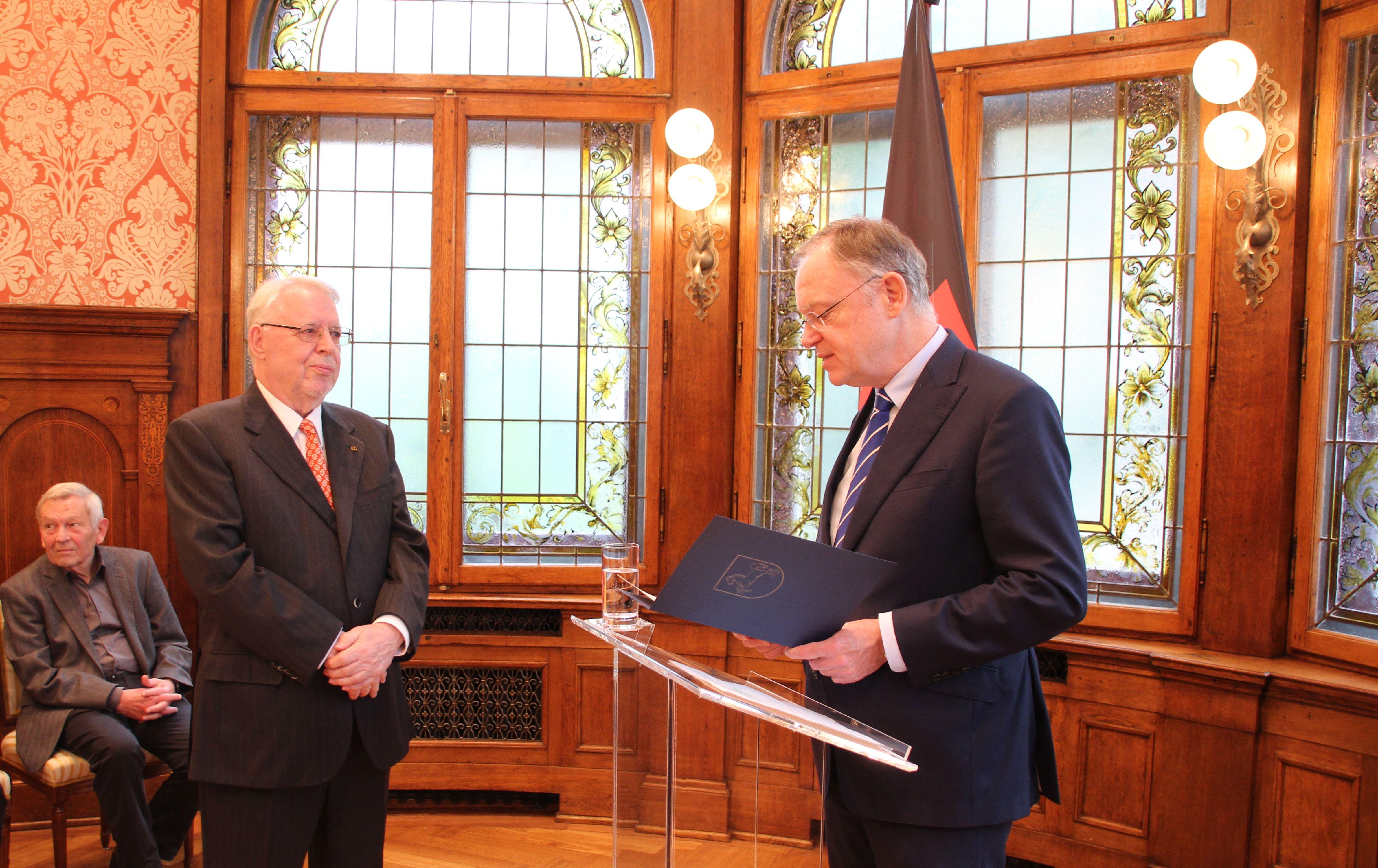 File:Klaus Wettig erhält von Ministerpräsident Stephan Weil am 25 ...