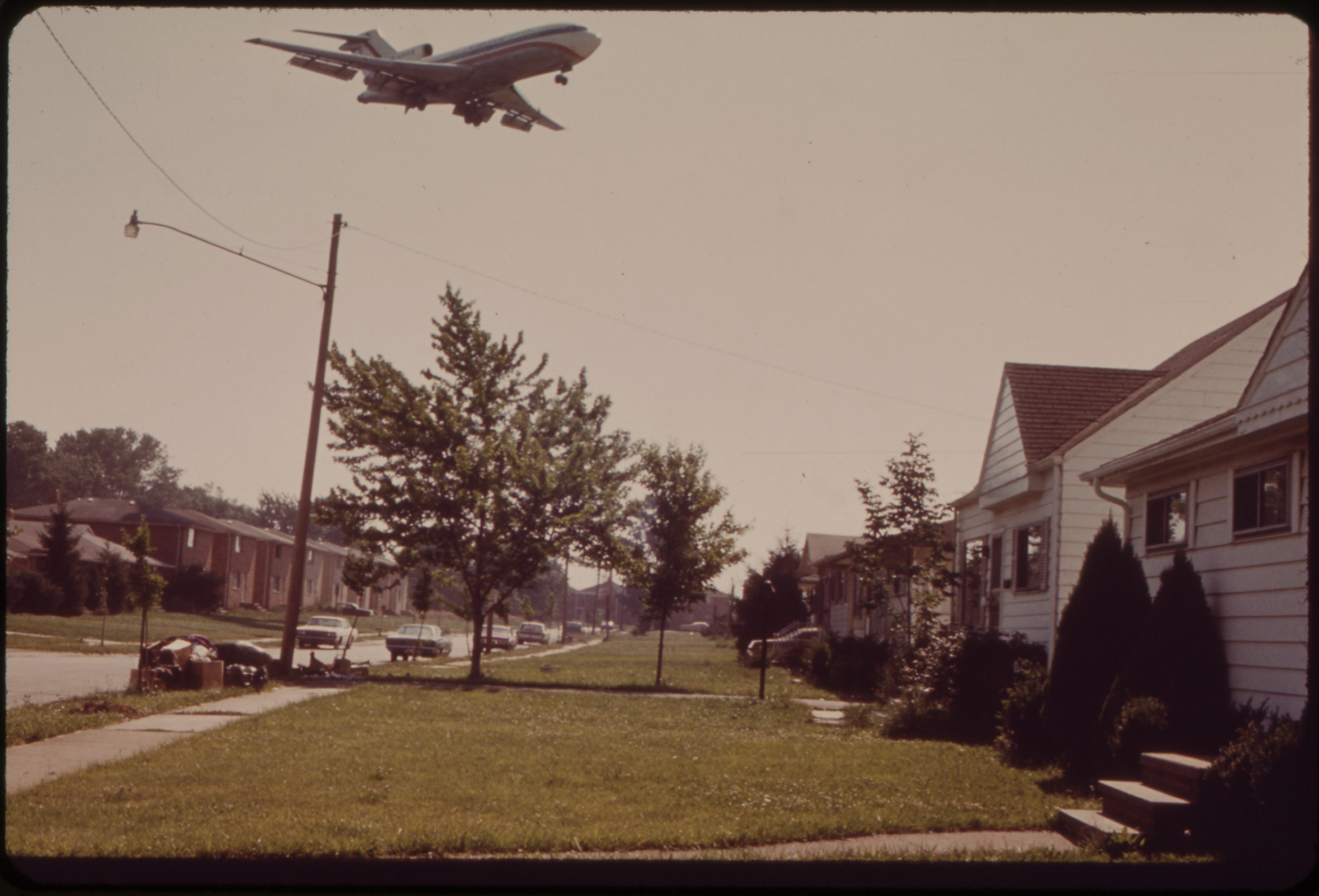 File low flying plane in brook park just outside for House landing