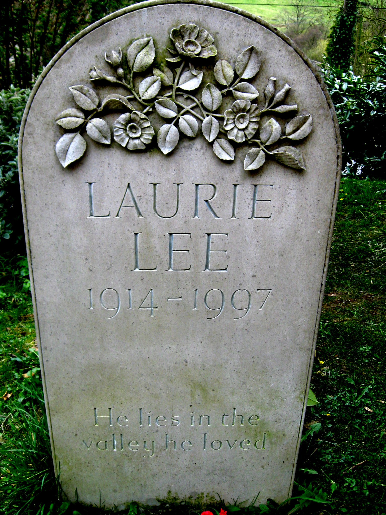 https://upload.wikimedia.org/wikipedia/commons/3/36/LaurieLeeHeadstone.jpg
