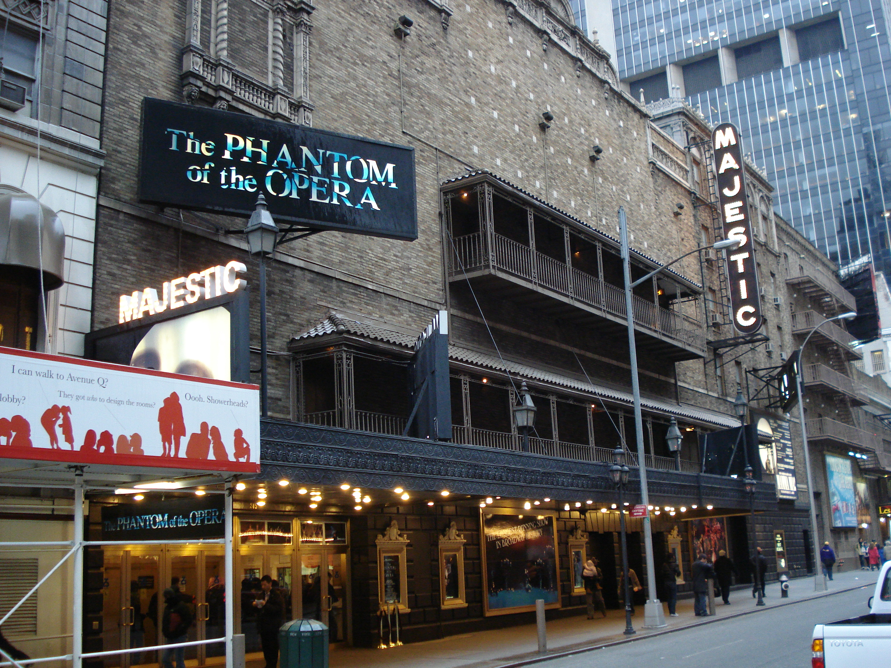 https://upload.wikimedia.org/wikipedia/commons/3/36/Majestic_Theatre.jpg