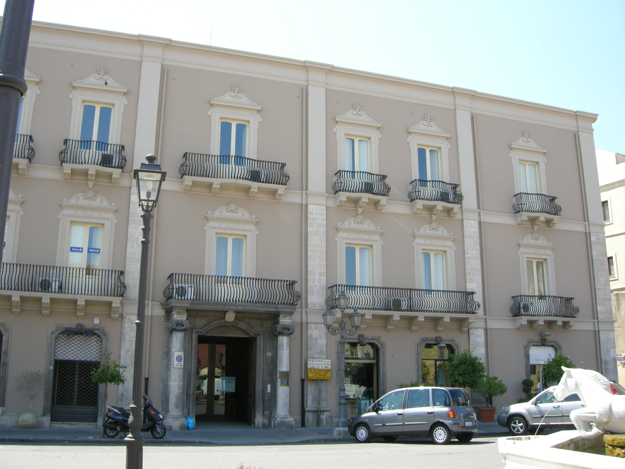 File milazzo palazzo proto jpg wikimedia commons for Ville antiche interni