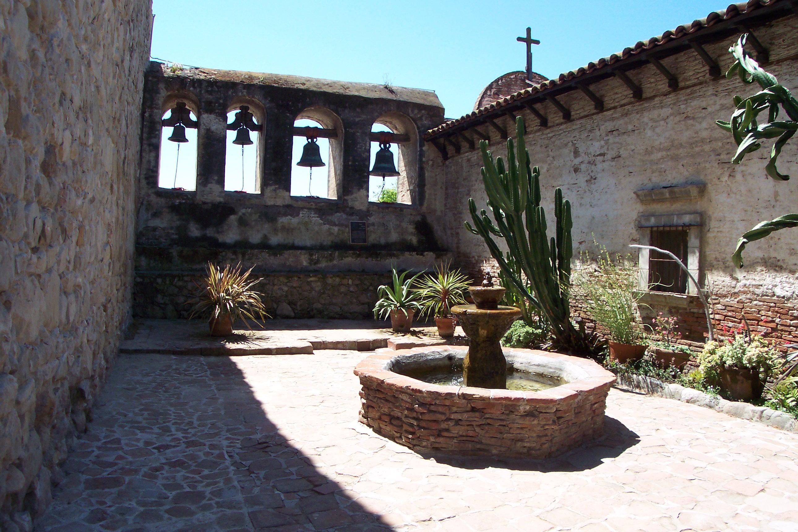 https://upload.wikimedia.org/wikipedia/commons/3/36/Mission_San_Juan_Capistrano_4-5-05_100_6548.jpg