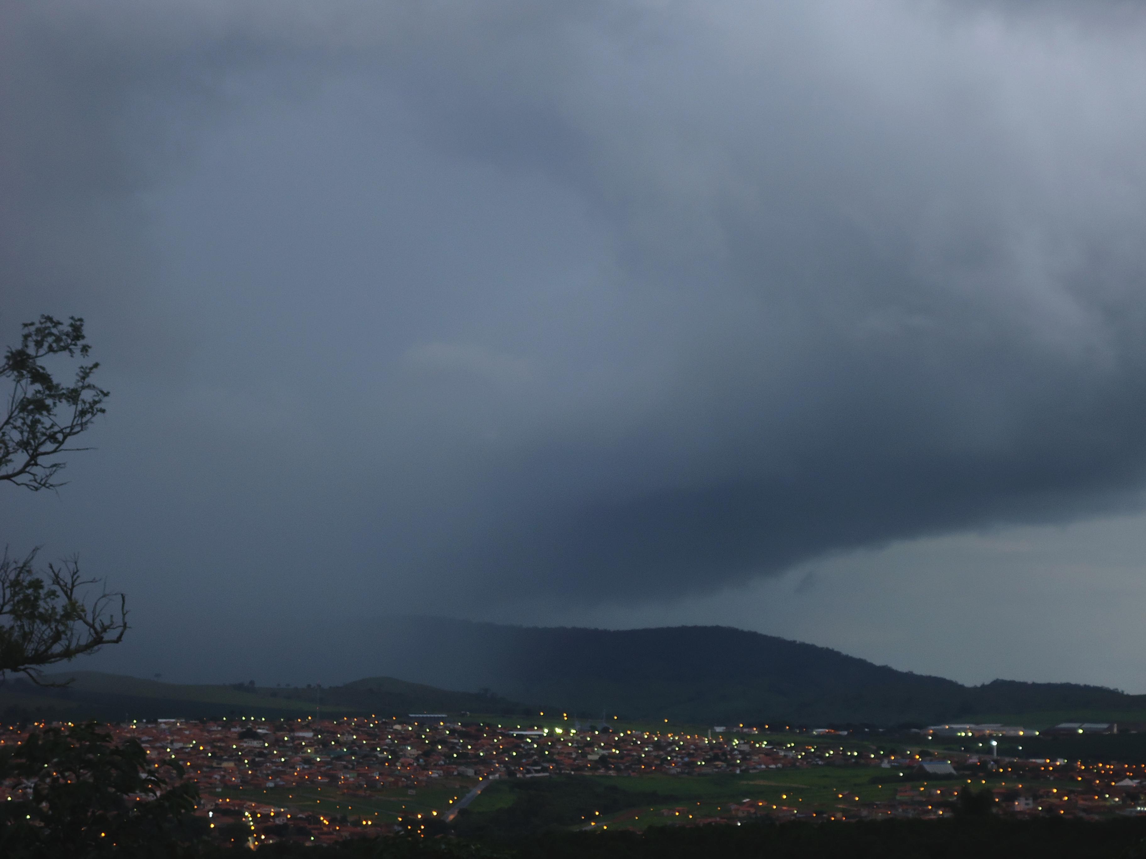 Ficheiro:Pancada de chuva em Três Pontas.JPG – Wikipédia, a enciclopédia  livre