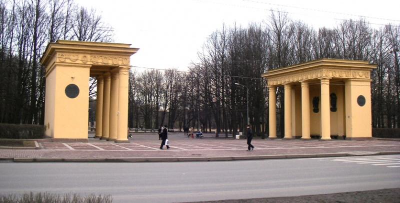 Файл:Propylaea in Moskovsky Park Pobedy.jpg
