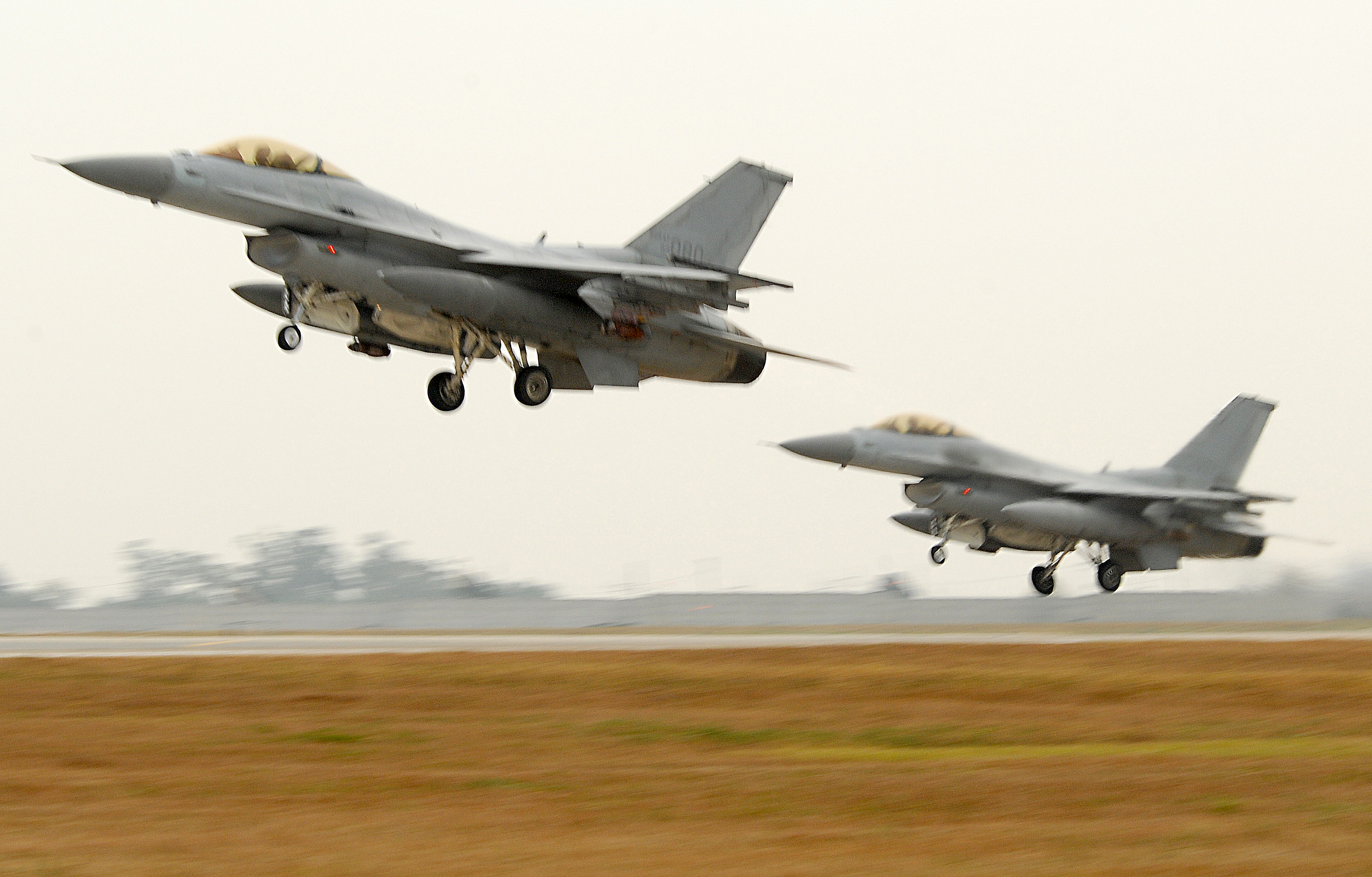 https://upload.wikimedia.org/wikipedia/commons/3/36/ROK_KF-16s_take_off_from_Kunsan_AB_2008-10-05.JPG