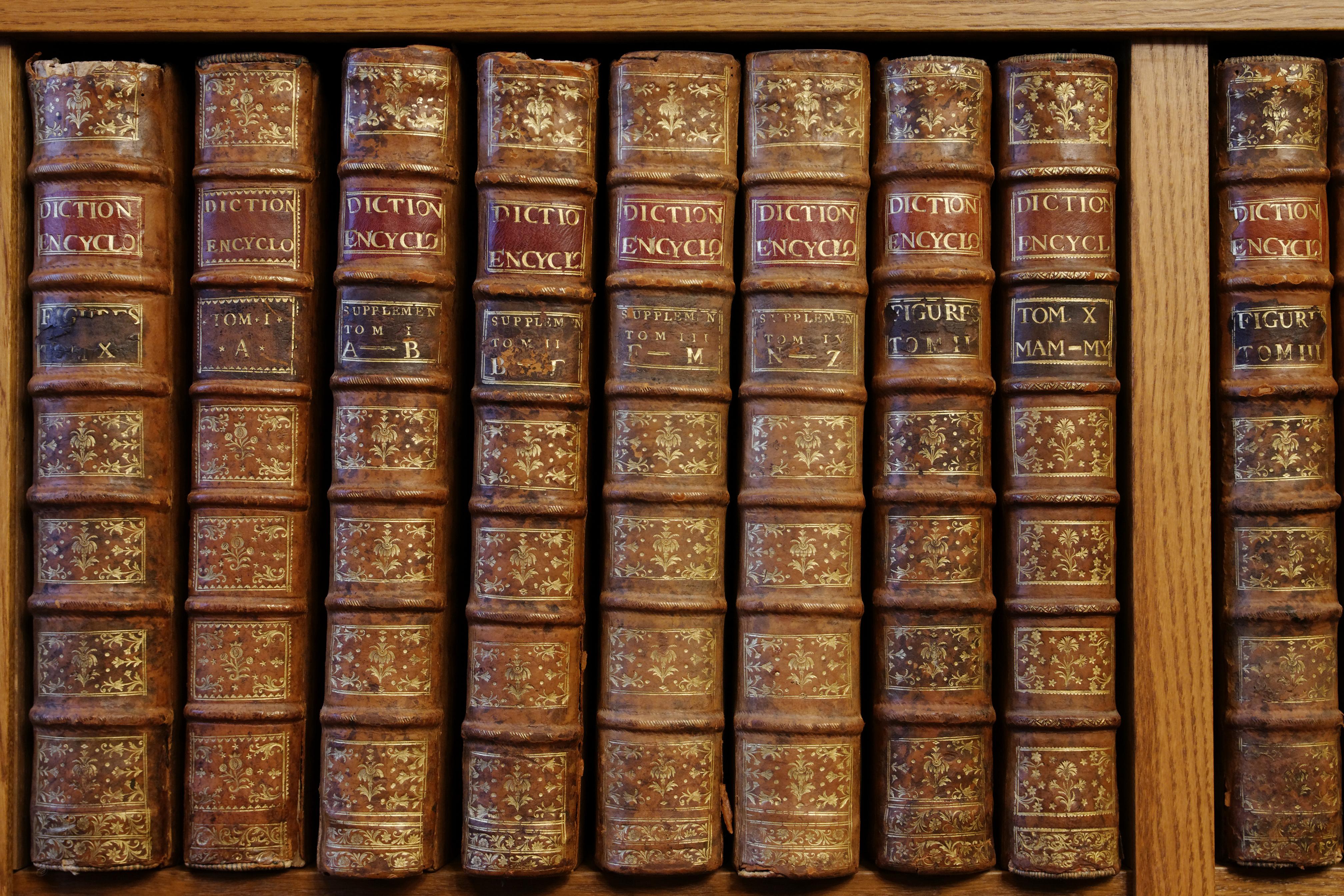 L'Encyclopédie de Diderot et d'Alembert dans les rayonnages du bureau du directeur de l'ENC