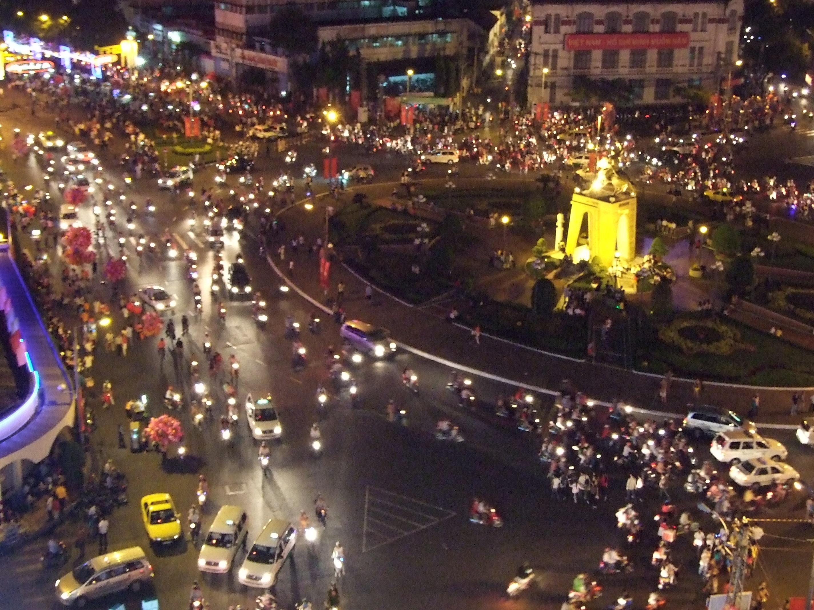 http://upload.wikimedia.org/wikipedia/commons/3/36/Saigon,_fête_du_Têt.jpg