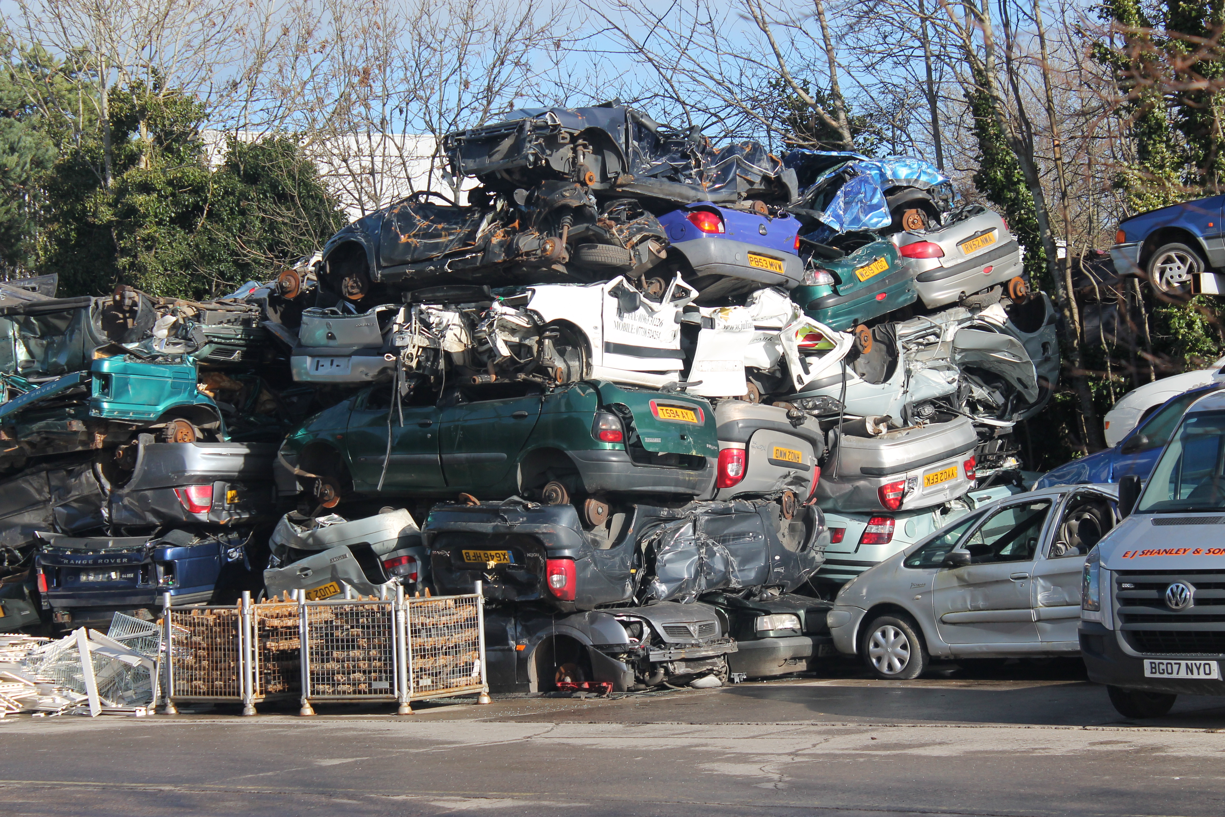 File:Scrap cars (15588473248).jpg - Wikimedia Commons
